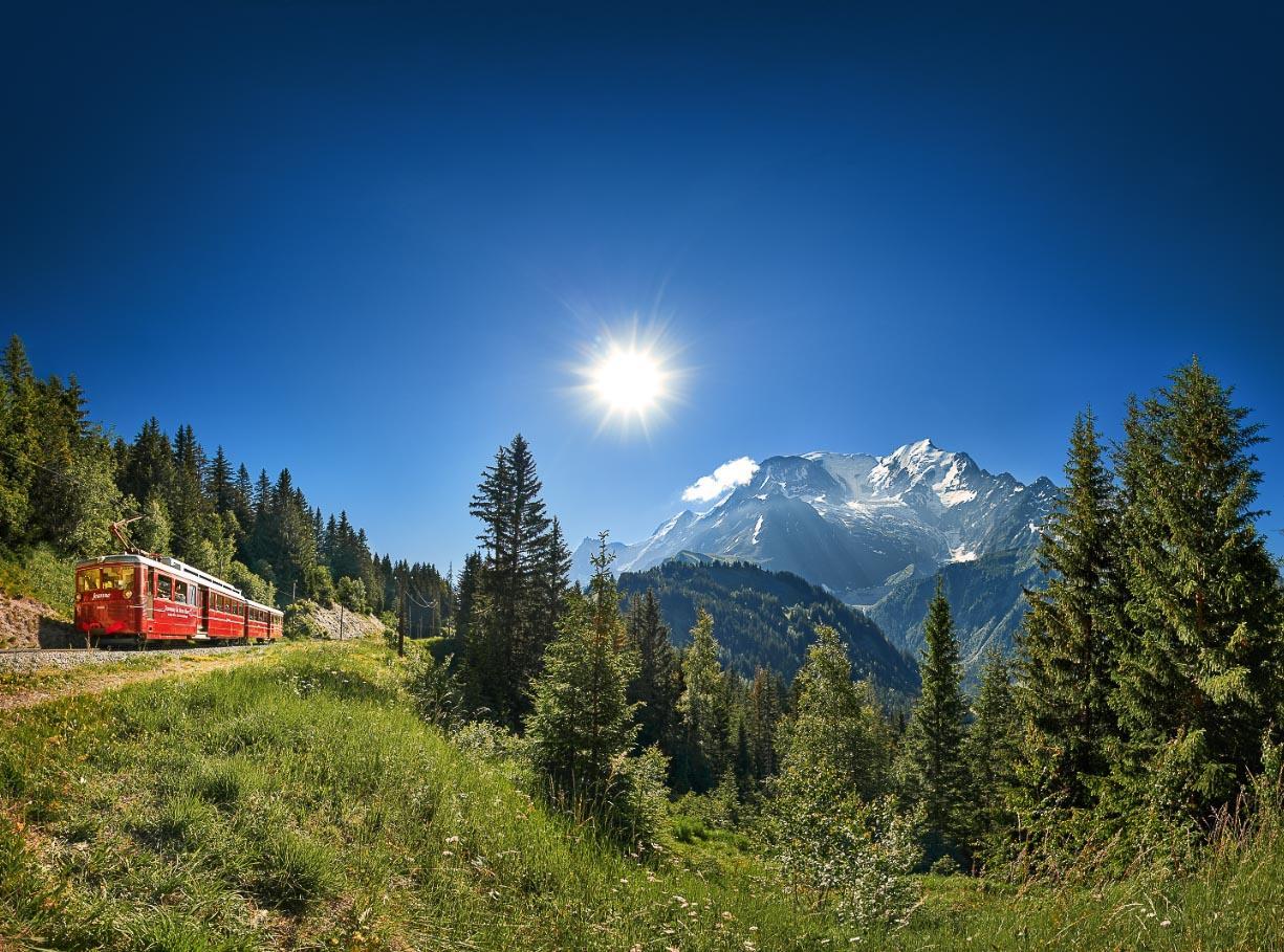 Le Tramway du Mont-Blanc offre des vues unique sur les Aiguilles de Chamonix et les Dômes de Miage © OT Saint-Gervais Bernard Tartinville