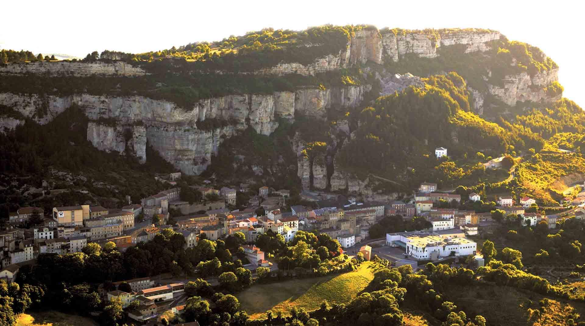 Roquefort et ses falaises creusées de caves © Domi Martin Millau