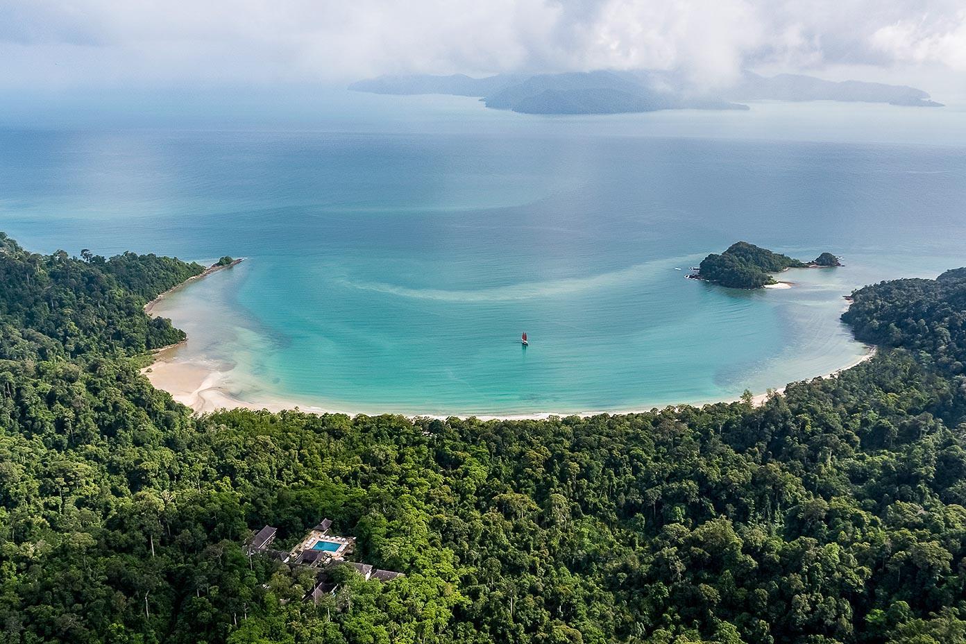 Le décor idyllique de la baie à laquelle The Datai Langkawi donne accès © DR