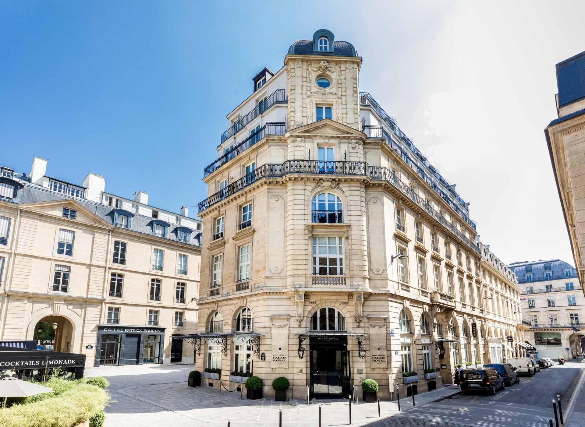 La rue et la place de Valois avec le Grand Hôtel du Palais Royal © DR