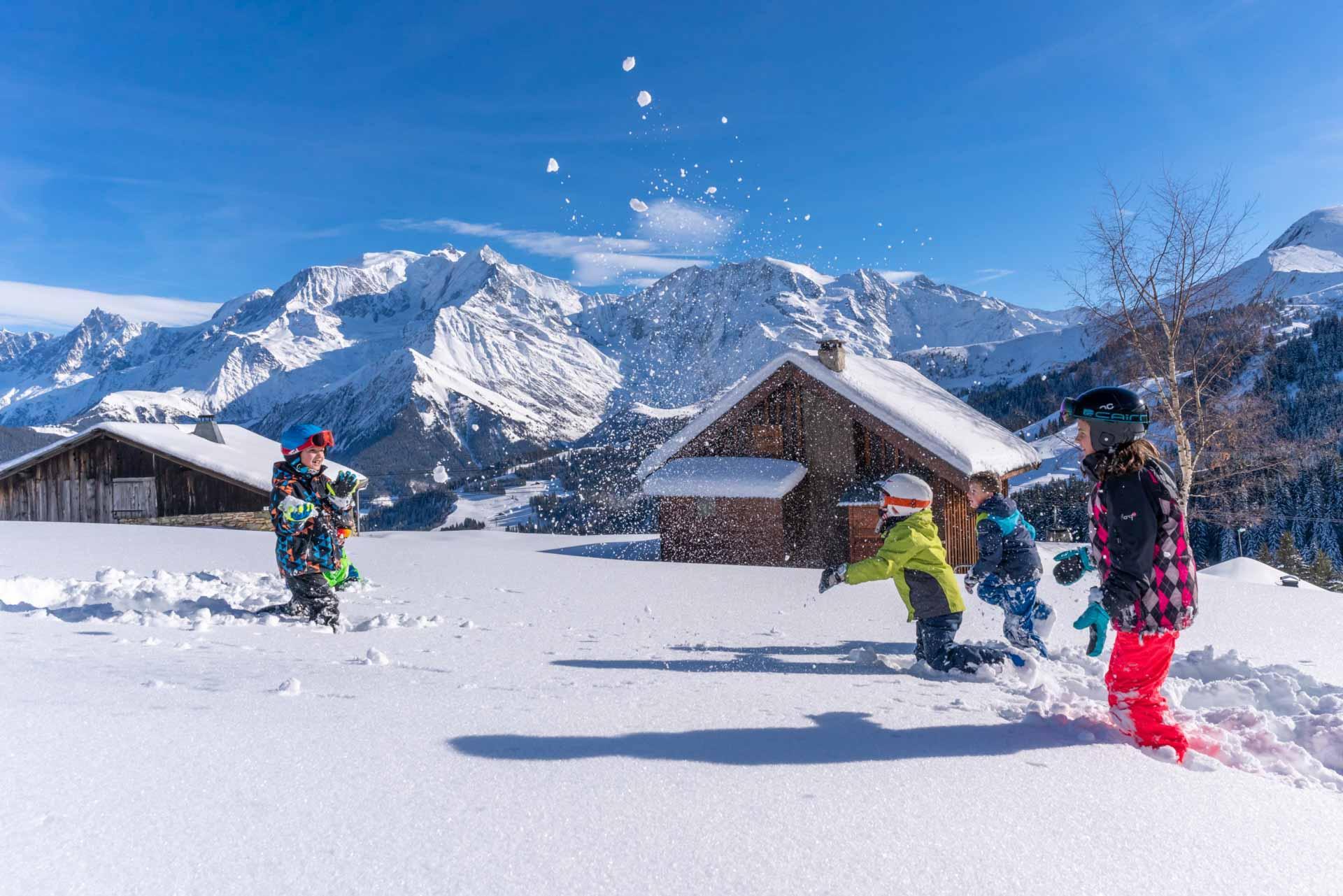 On profite du grand air de la montagne en famille au pied de son chalet © Boris Molinier