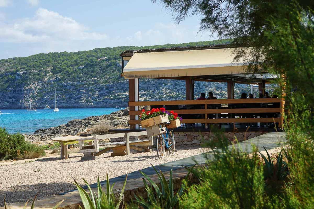 Terrasse avec vue au restaurant Es Caló © MB   YONDER.fr