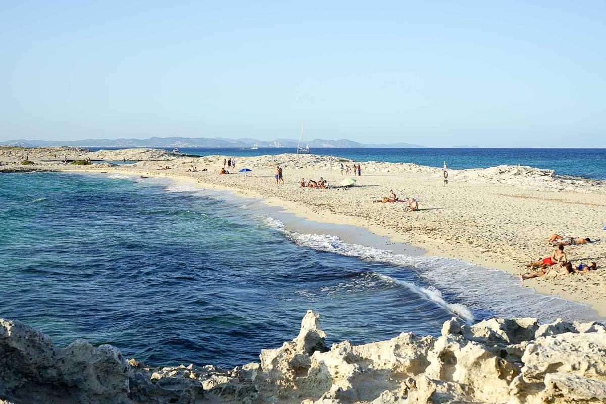 La plage de Ses Illetes, bordée de part et d'autre par la Méditerranée © MB   YONDER.fr