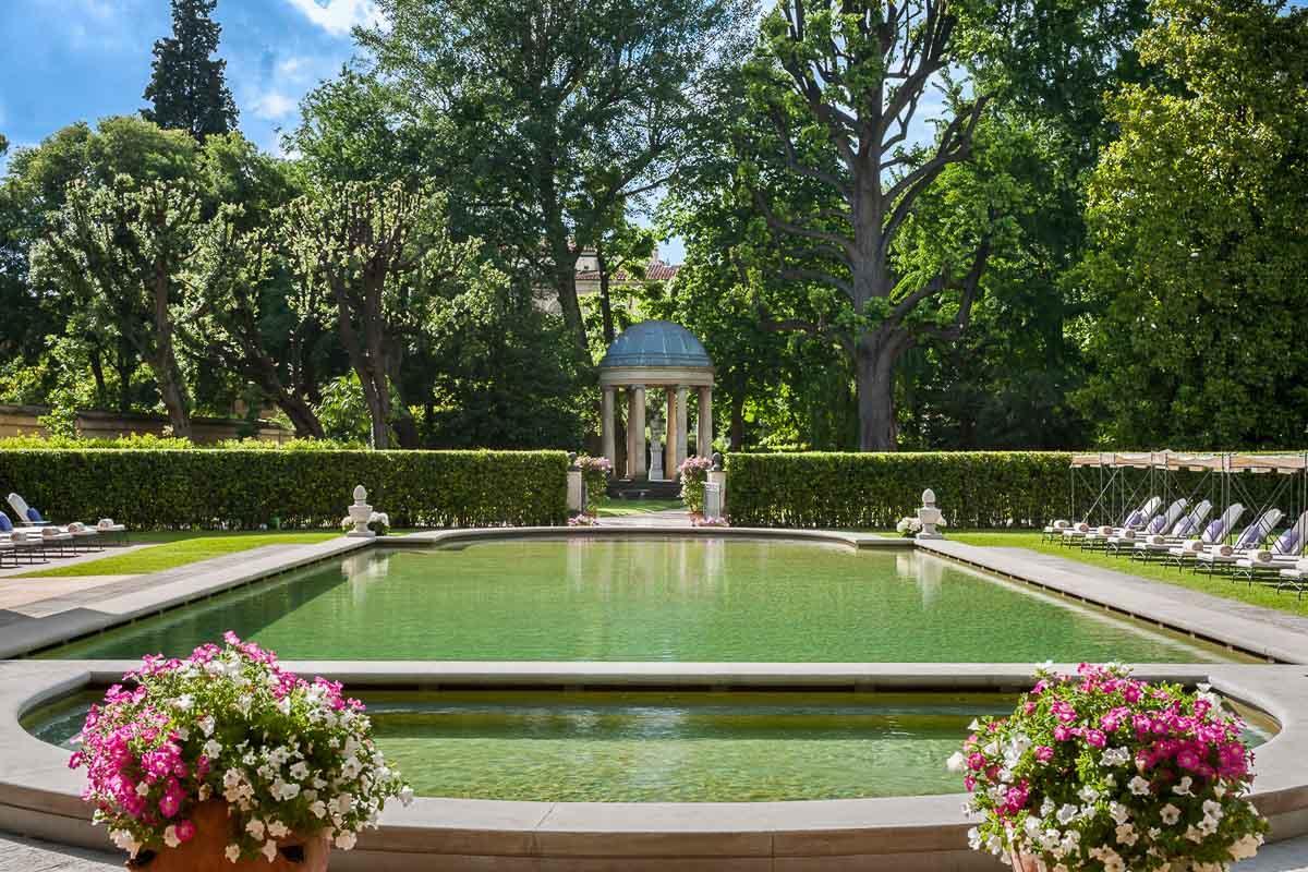 Four Seasons Hotel Firenze | La piscine au cœur du jardin de l'hôtel © Four Seasons Hotels & Resorts