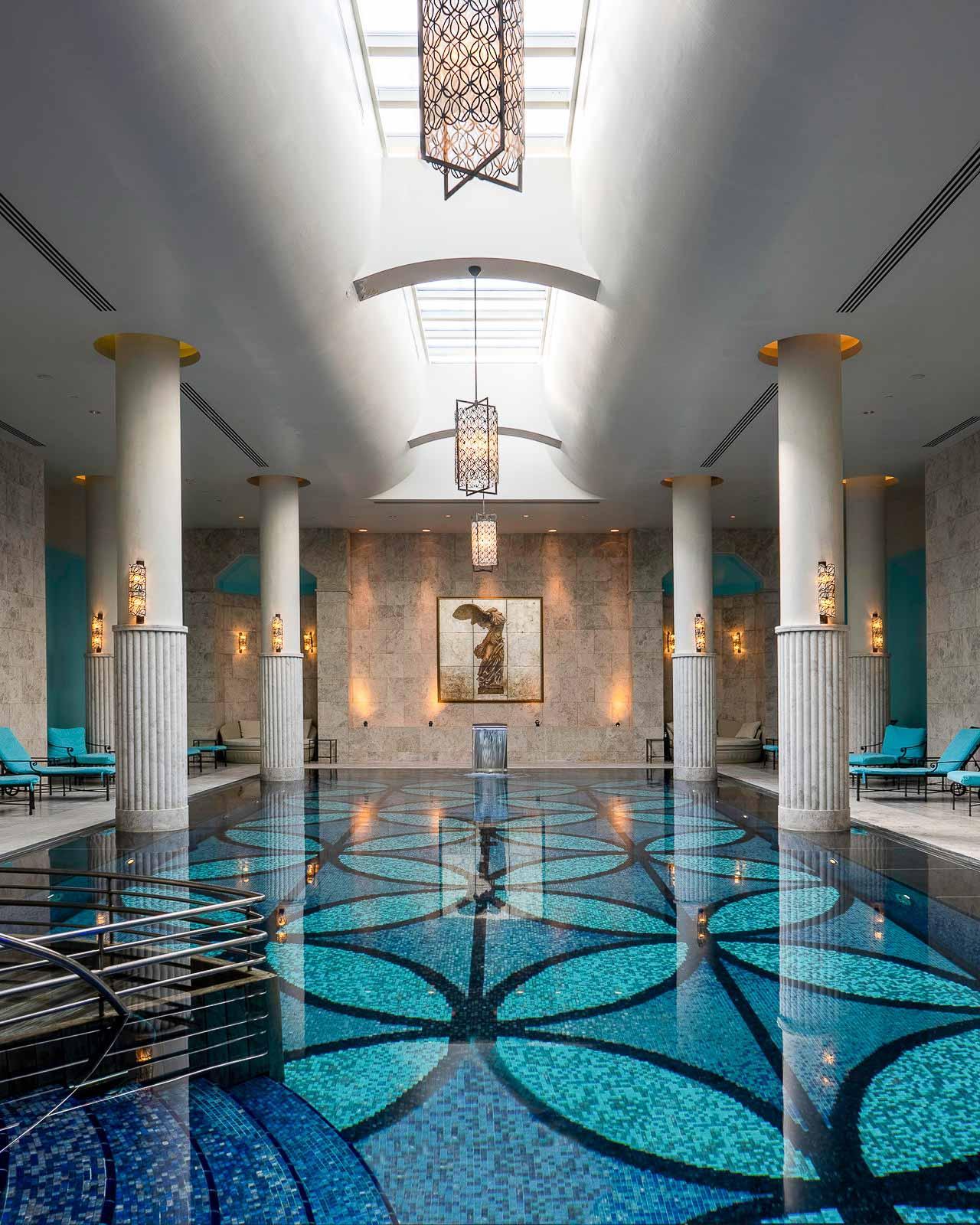Four Seasons Hotel Istanbul at the Bosphorus   La piscine intérieure du Spa © DR