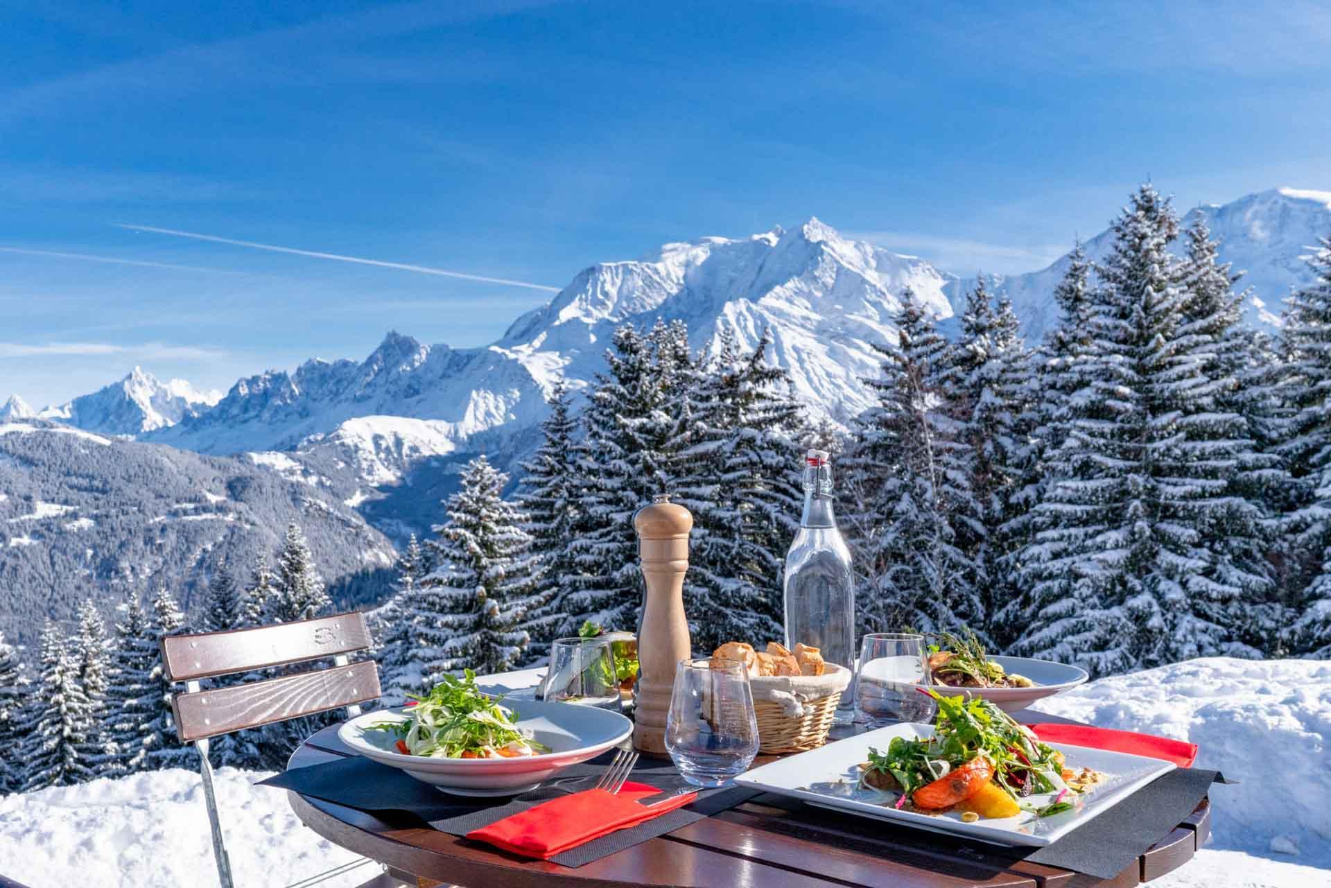 La gastronomie est à l'honneur sur les pistes, avec, bien sûr, la vue sur le Mont-Blanc © Boris Molinier