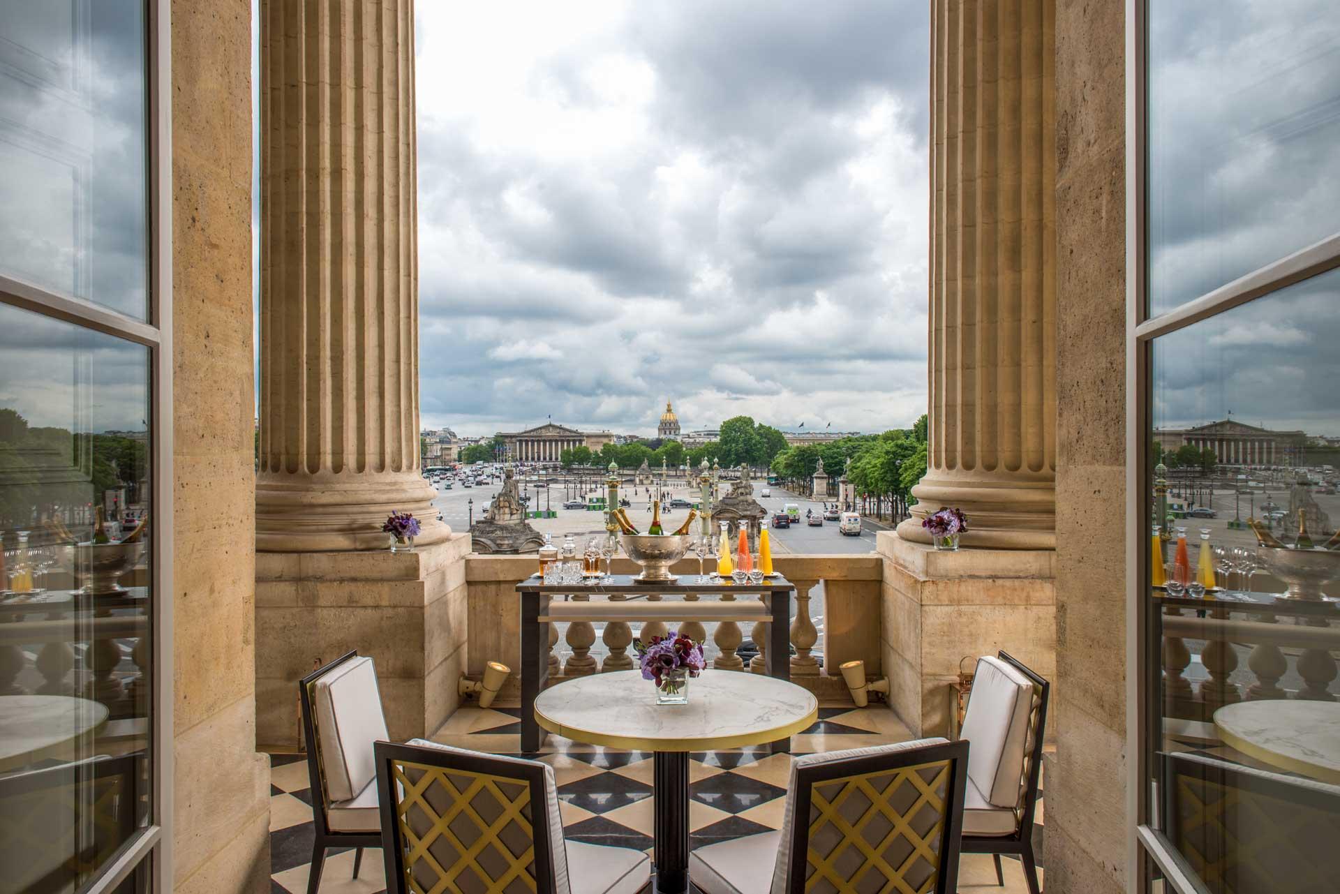 Le Salon Marie-Antoinette et sa terrasse sur la place de la Concorde © Hôtel de Crillon, A Rosewood Hotel