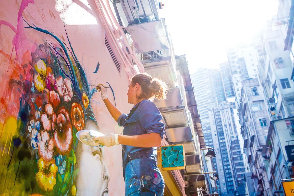 L'artiste Elsa Jean de Dieu à à l'œuvre dans les rues de Hong Kong © DR