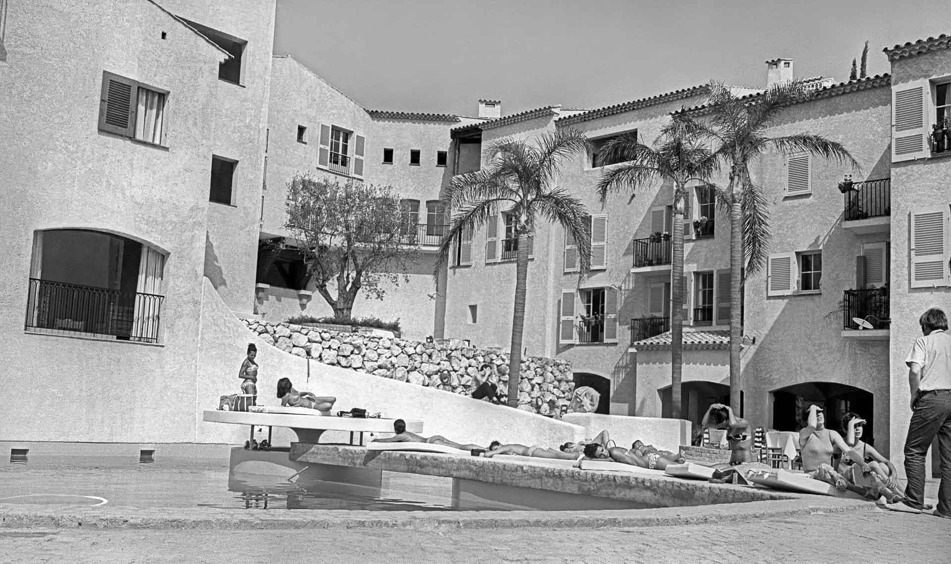 La piscine du Byblos dans les années 1970 © Rue des archives