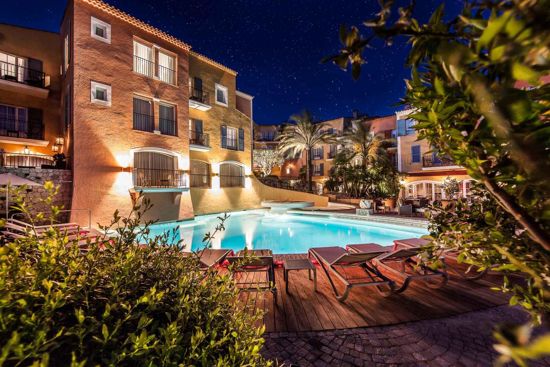 La piscine du Byblos de nuit © Hotel Byblos Saint Tropez