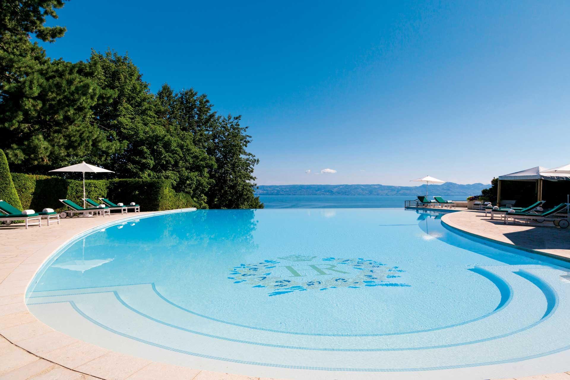Les eaux de la magnifique piscine à débordement se confondent avec celles du lac © DR