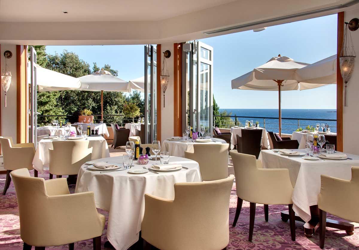 La salle à manger restaurant L'Or Bleu à l'hôtel Tiara Yaktsa © DR
