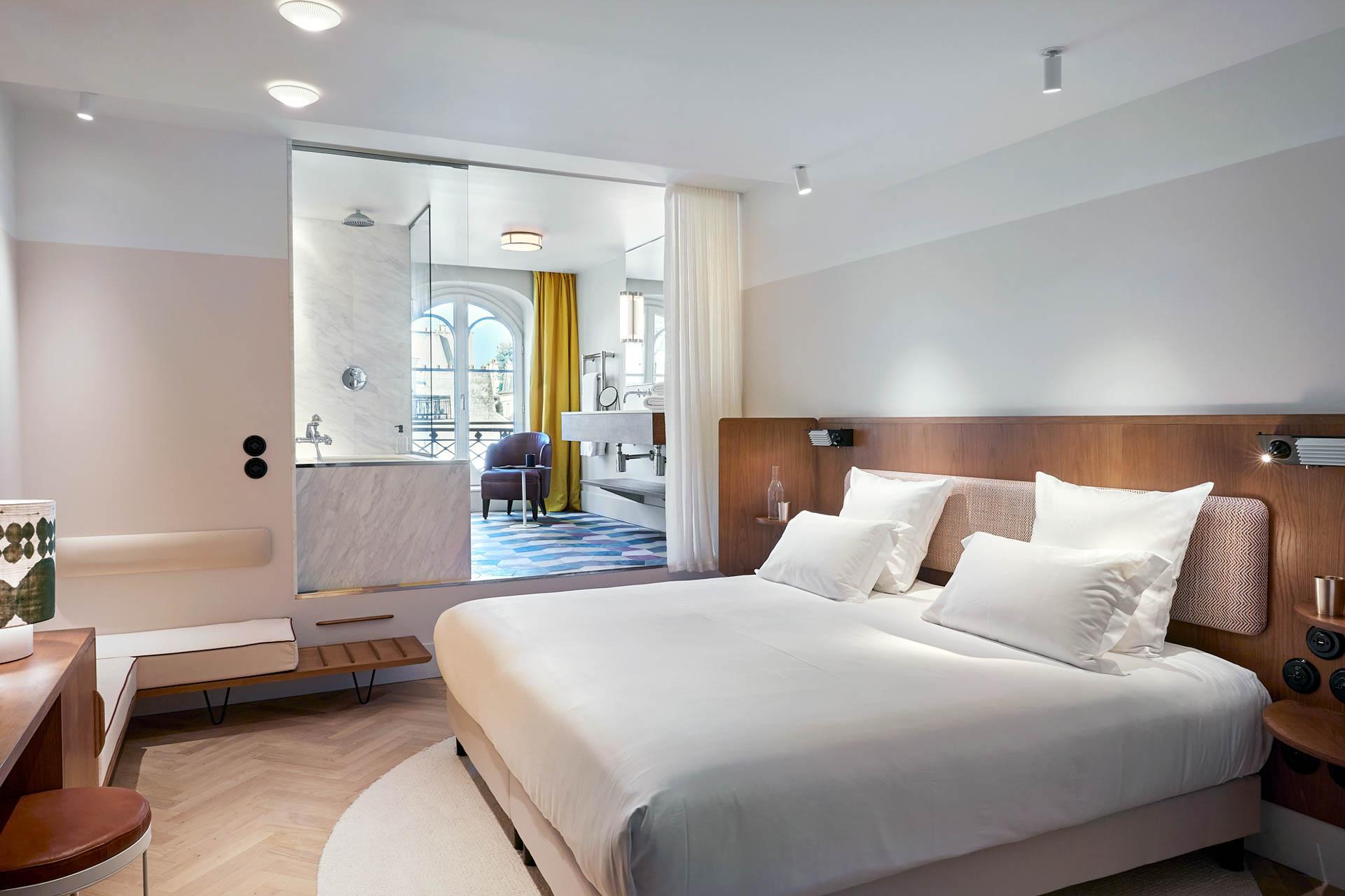 Certaines salles de bain s'ouvrent sur la chambre à l'Hôtel du Sentier © DR