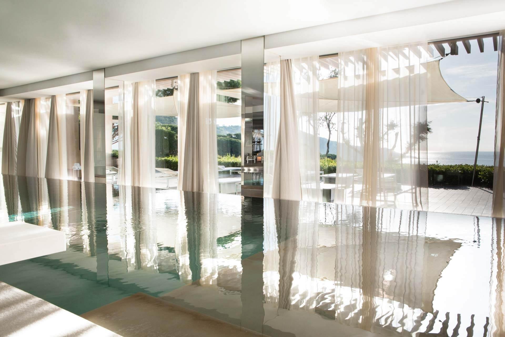 La piscine intérieure de la Réserve Ramatuelle © DR