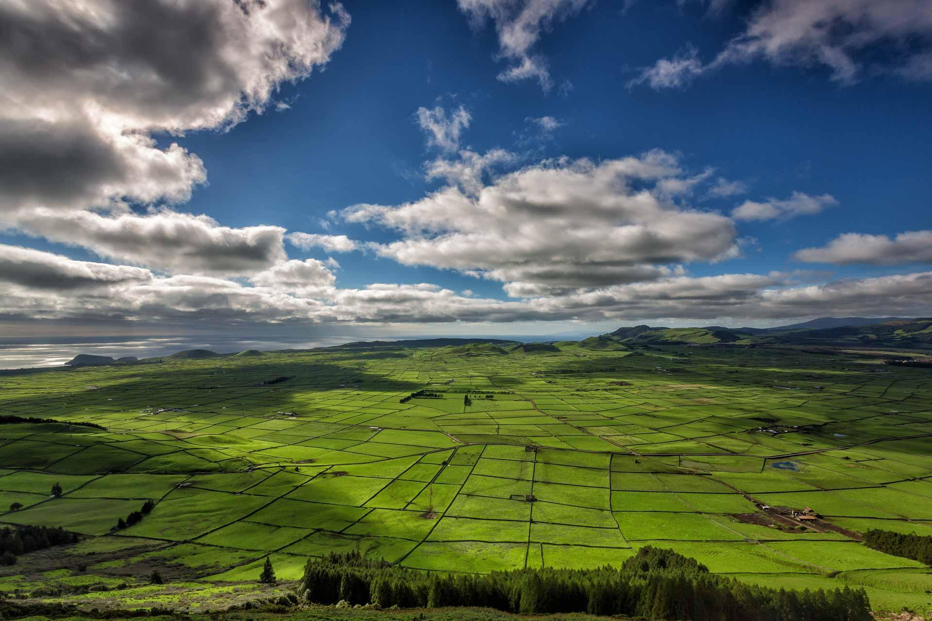 Trouée dans les nuages et panorama depuis la Serra do Cume © VisitAzores
