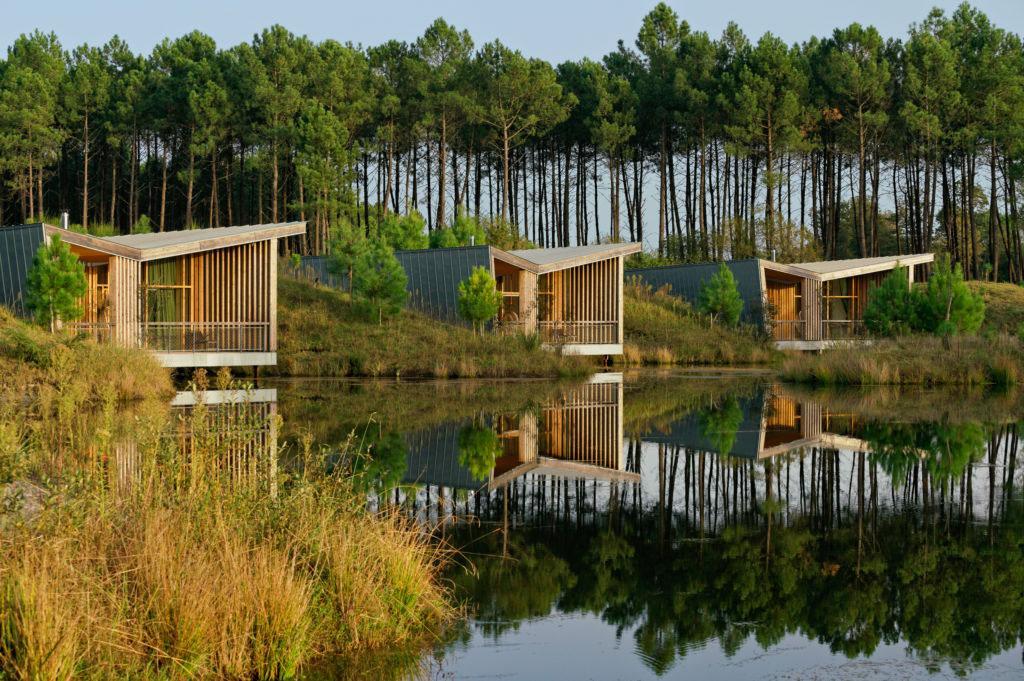 """Vue depuis le lac sur les """"modges"""" © Les Echasses eco-lodges"""