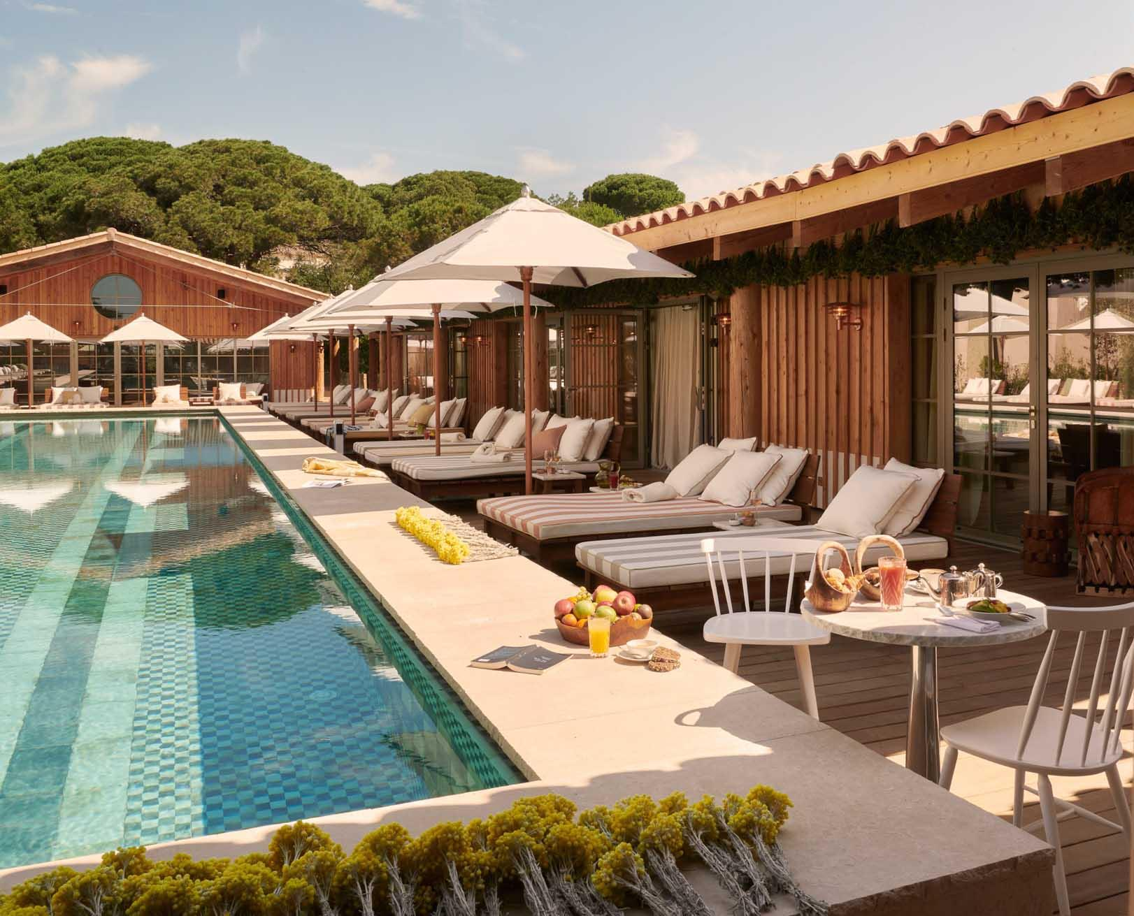 Se détendre au soleil au bord de la piscine de Lily of the Valley © DR