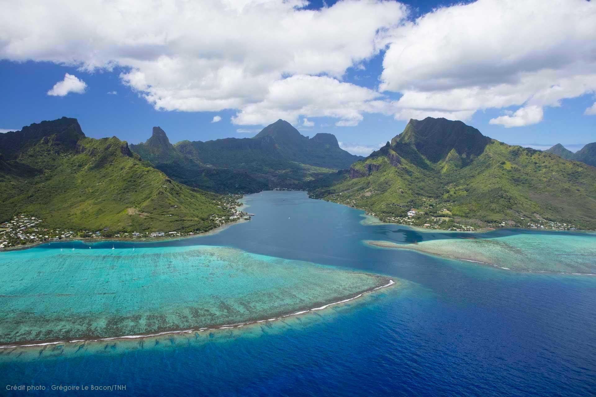 L'île de Moorea, sœur de Tahiti ceinturée par un lagon bleu azur © Grégoire Le Bacon Tahiti Nui Helicopters