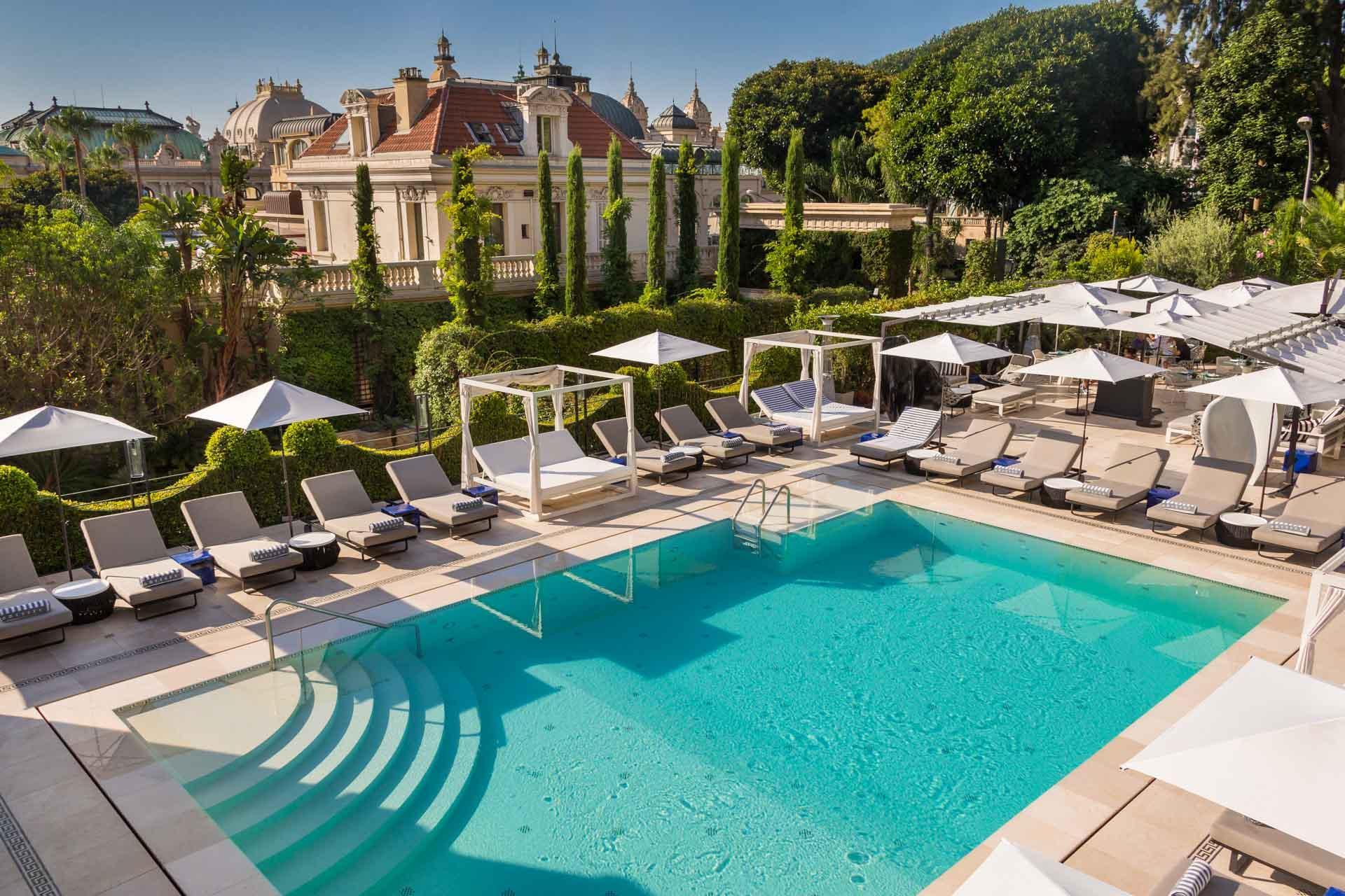 La superbe piscine extérieure et le restaurant Odyssey © Studio Phenix