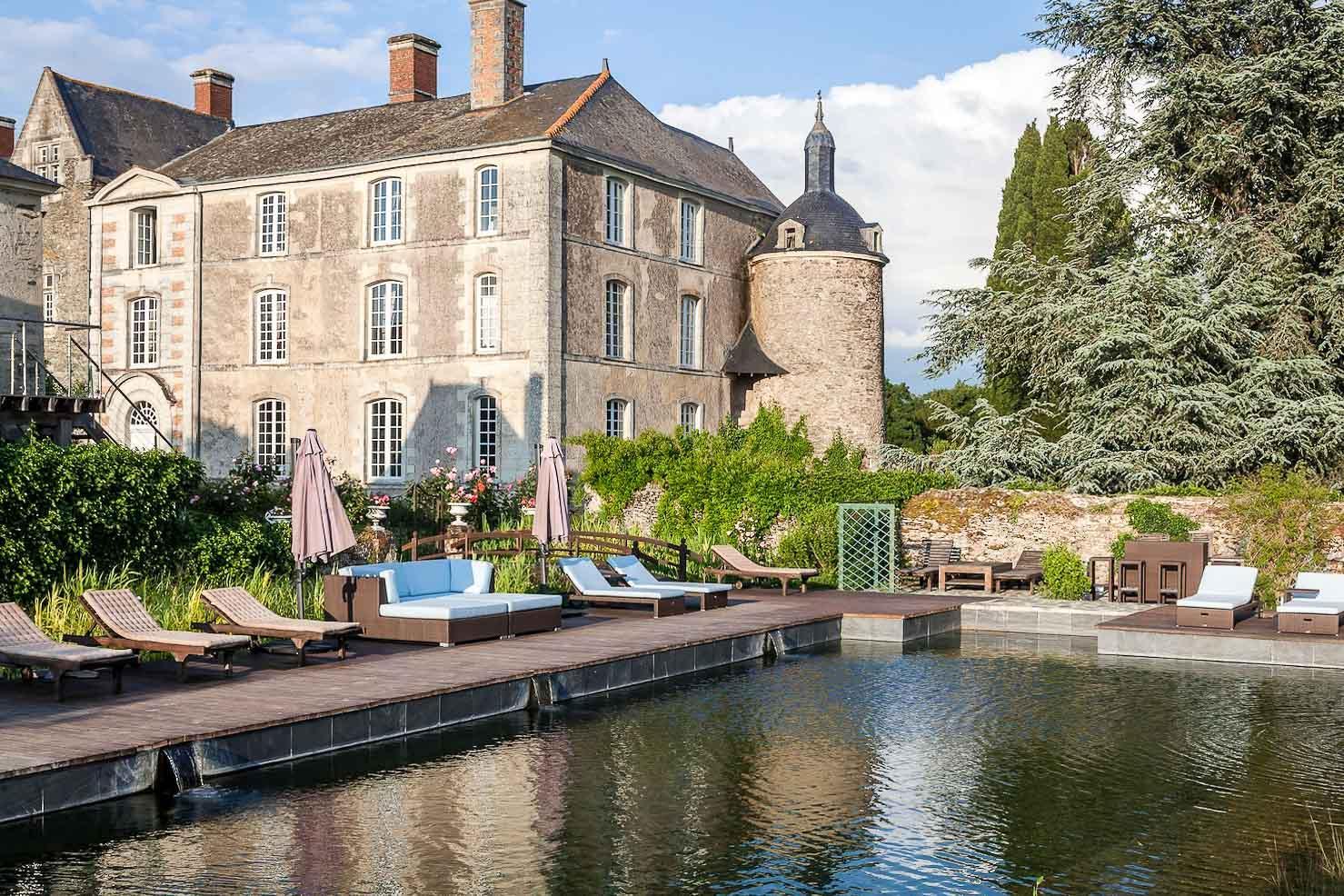 Le Château de l'Épinay et sa piscine naturelle © DR