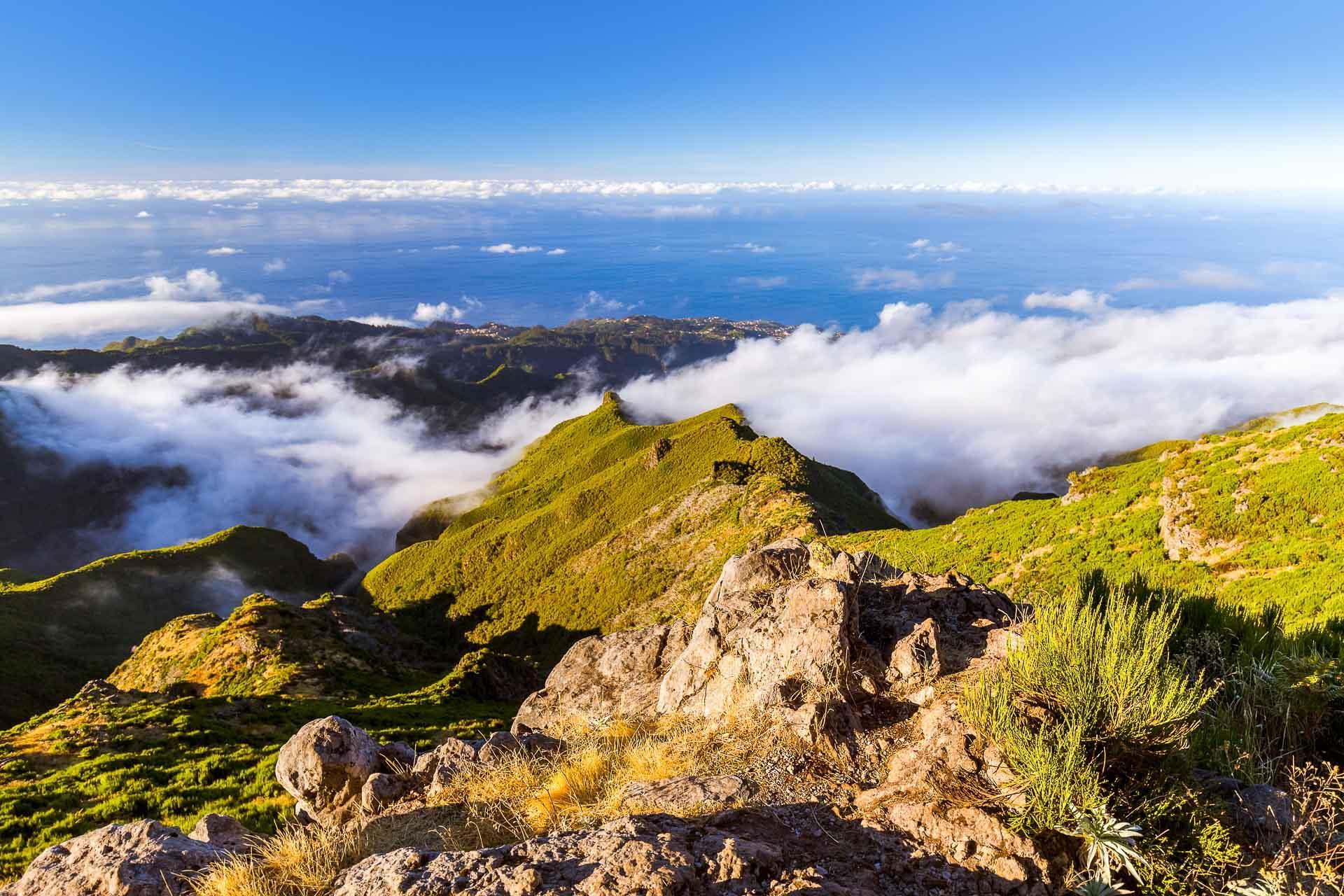 Le Pico Ruivo et le Pico Arierio en randonnée. © Nikolai Sorokin