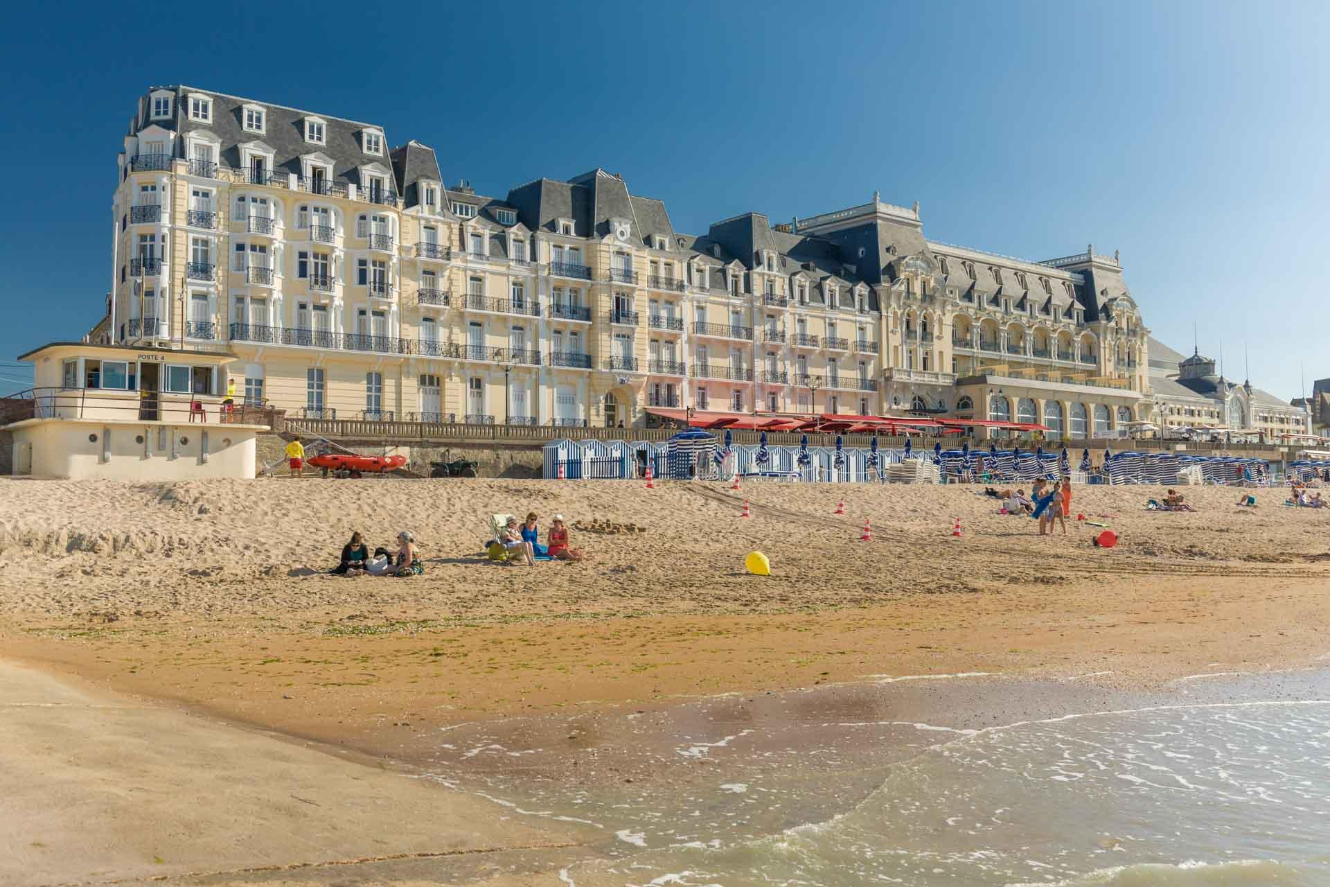 La plage de Cabourg et son Grand Hôtel © Calvados Attractivité