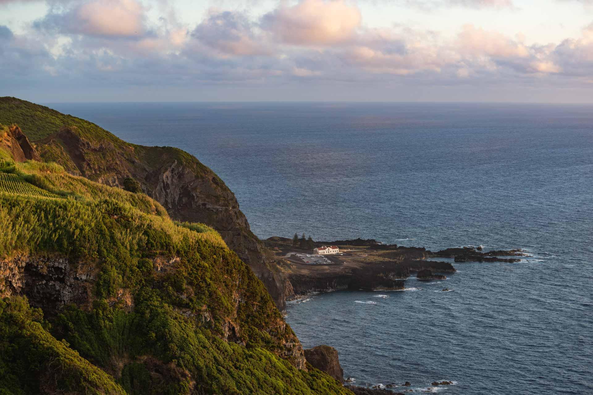 La Ponta da Ferraria, coulée de lave qui rentre dans l'océan avec des sources thermales © VisitAzores