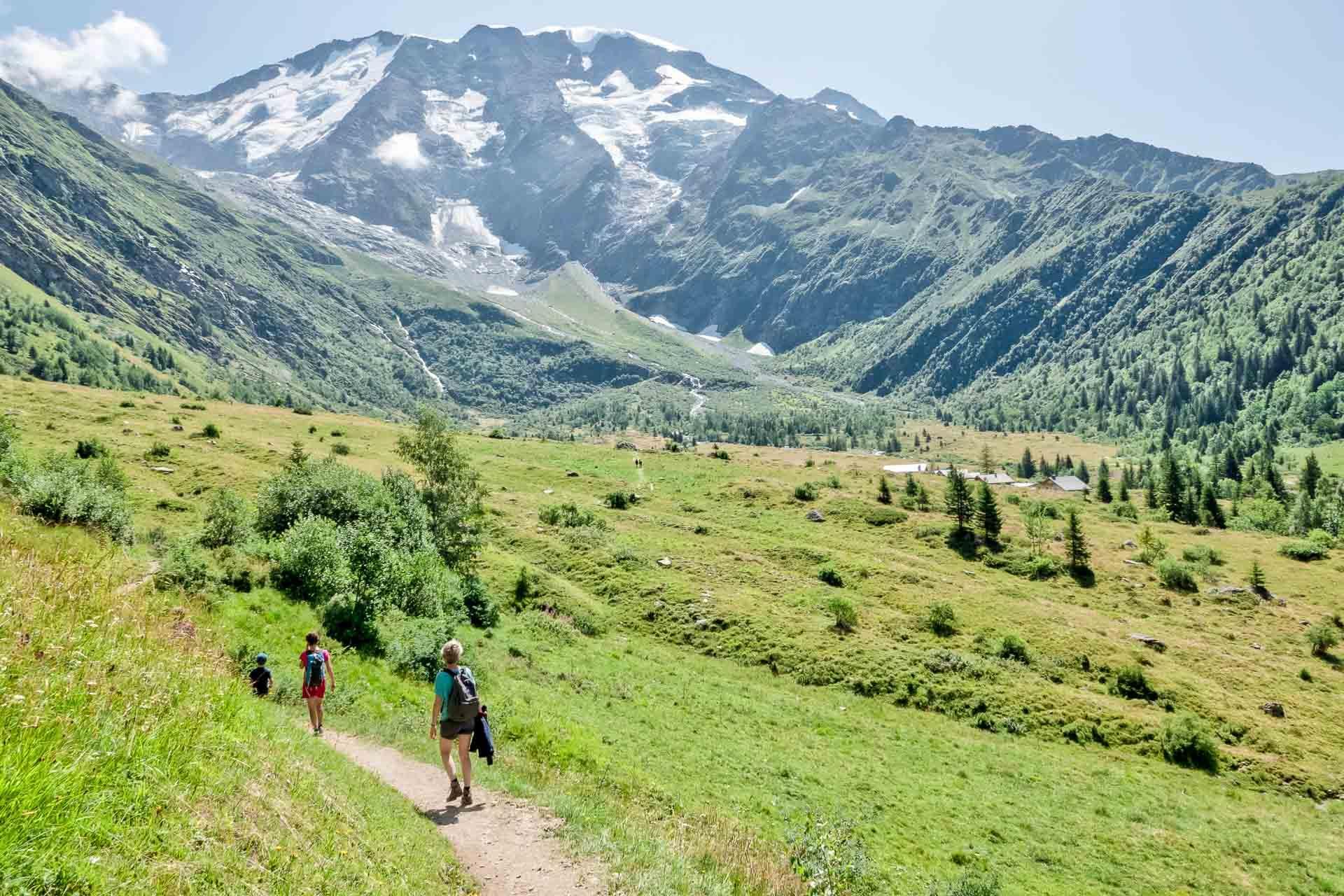 Une randonnée vers le refuge du Miage, gîte d'étape sur la route du tour du Mont Blanc © OT Saint-Gervais - Boris Molinier