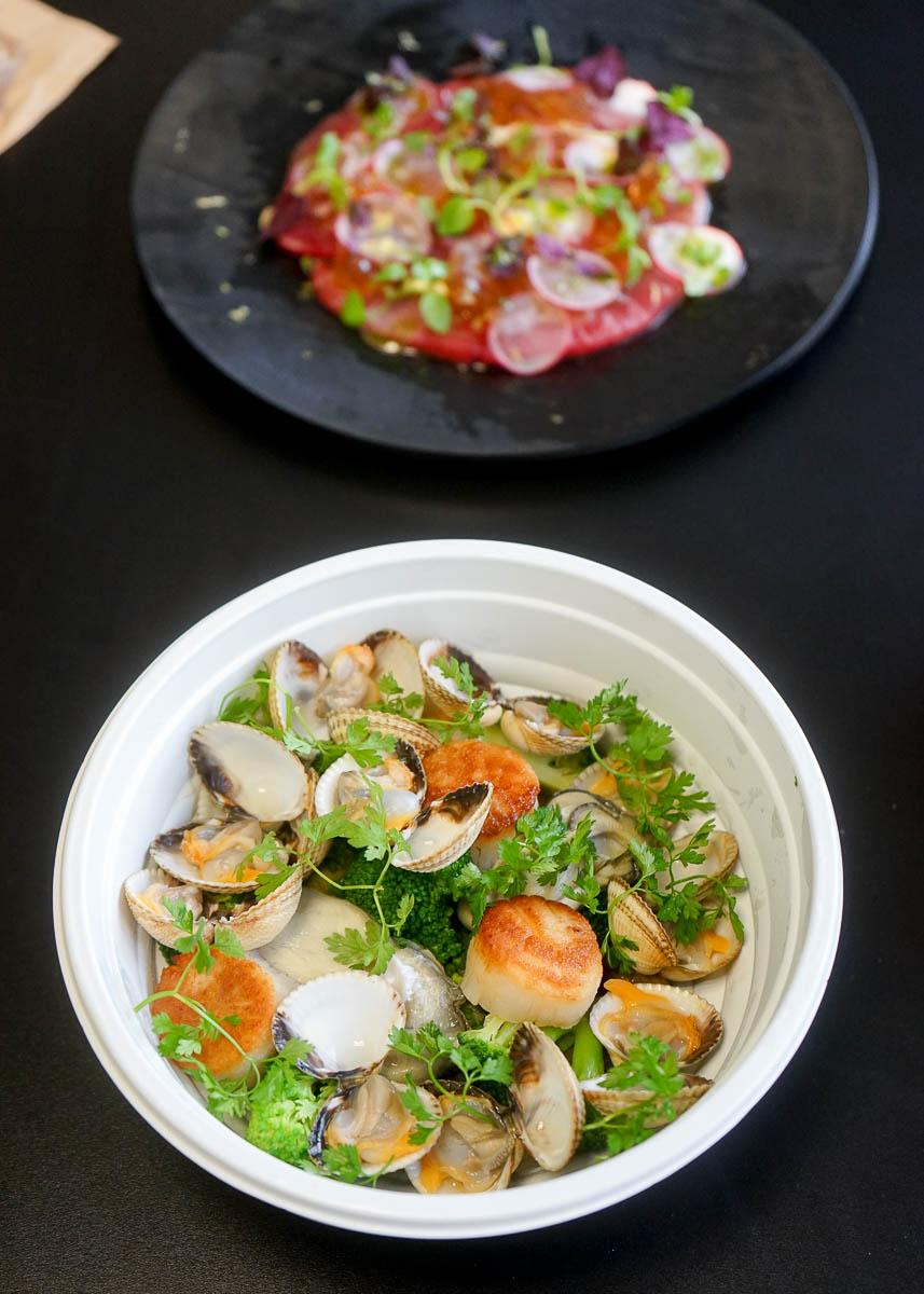 Fricassée de coquillages (au premier plan) et Carpaccio de thon © YONDER.fr