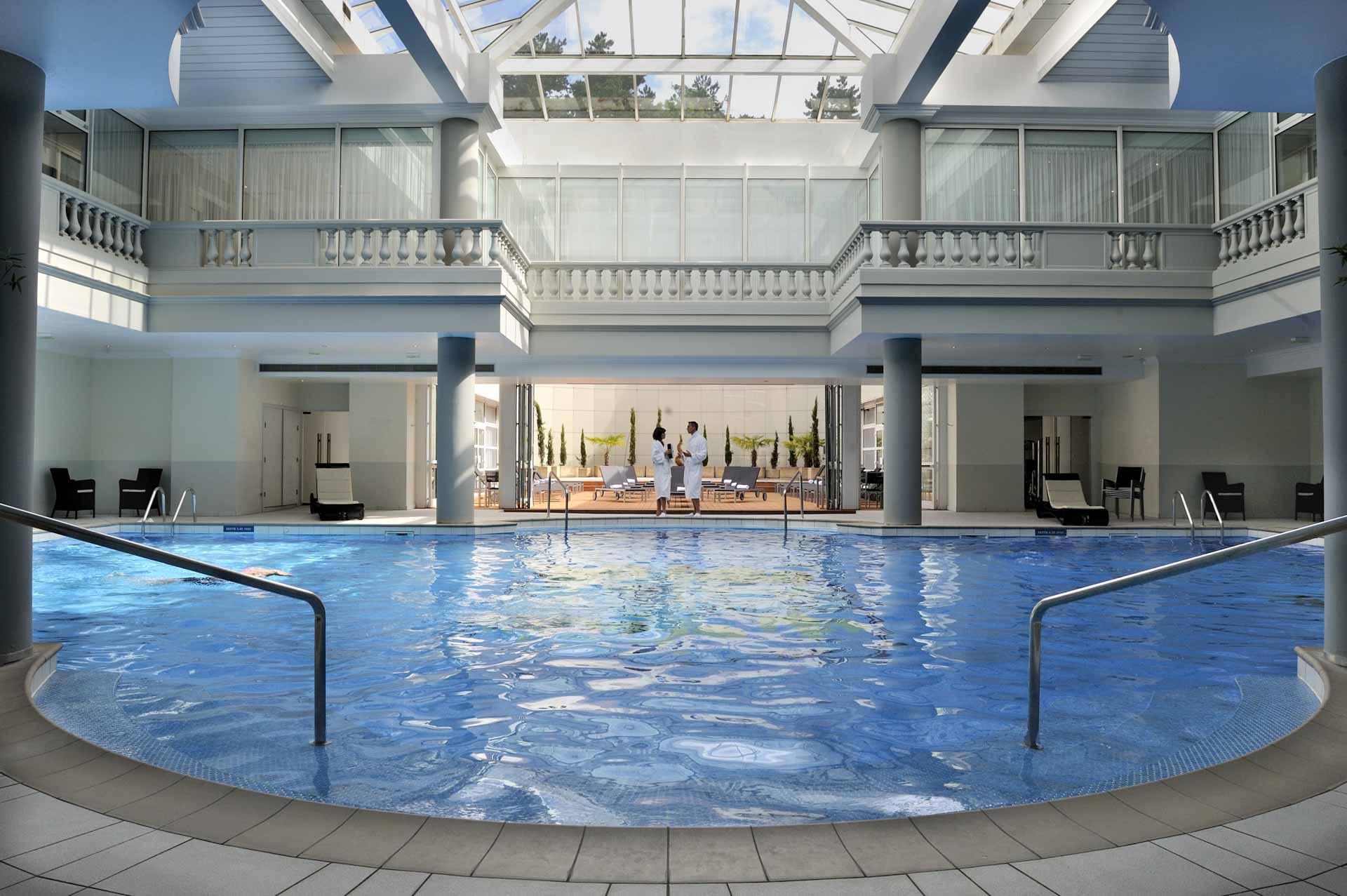 La piscine du spa Guerlain au Trianon Palace © DR