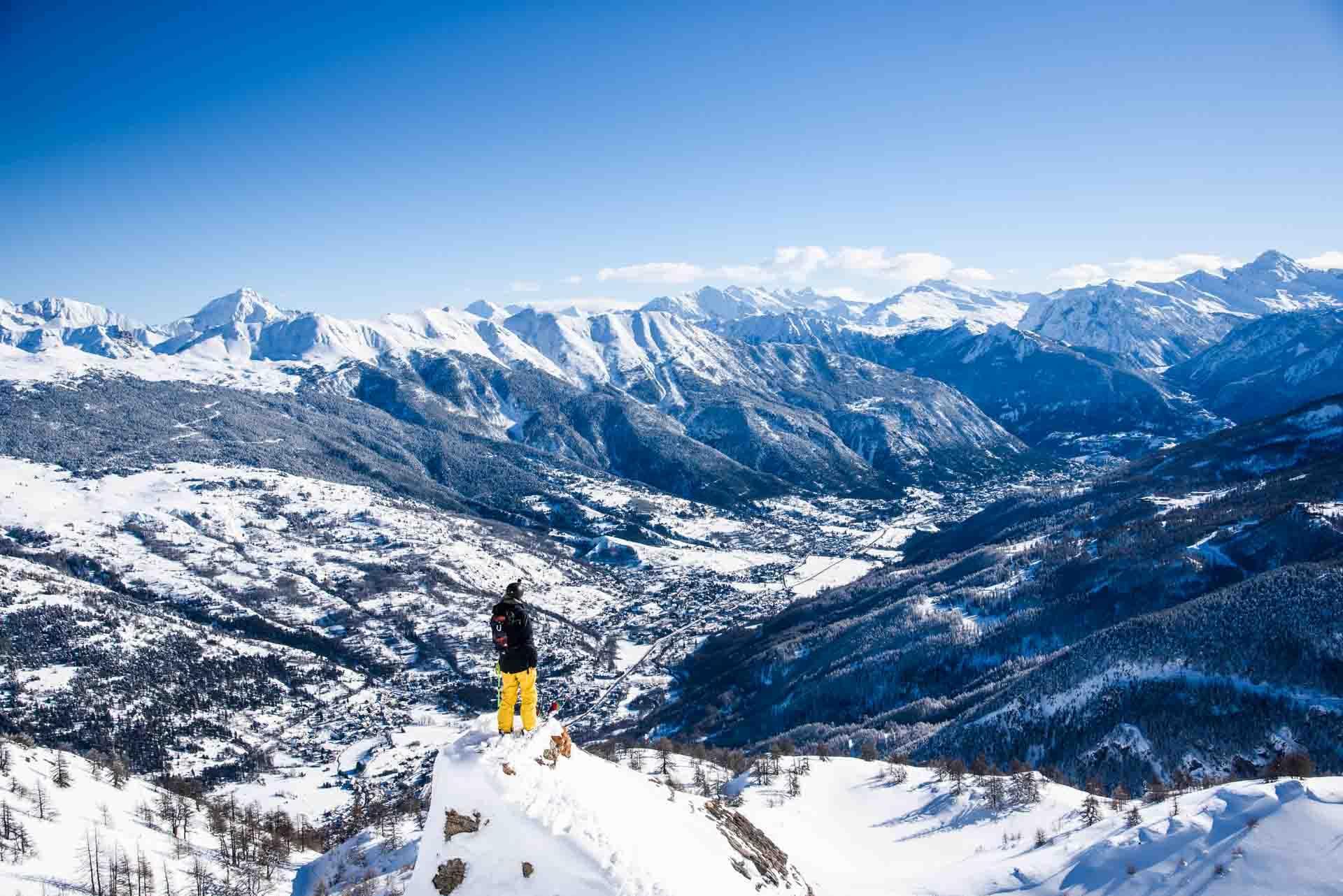 La large vallée de Serre Chevalier s'étend au pied du domaine skiable © Luka Leroy