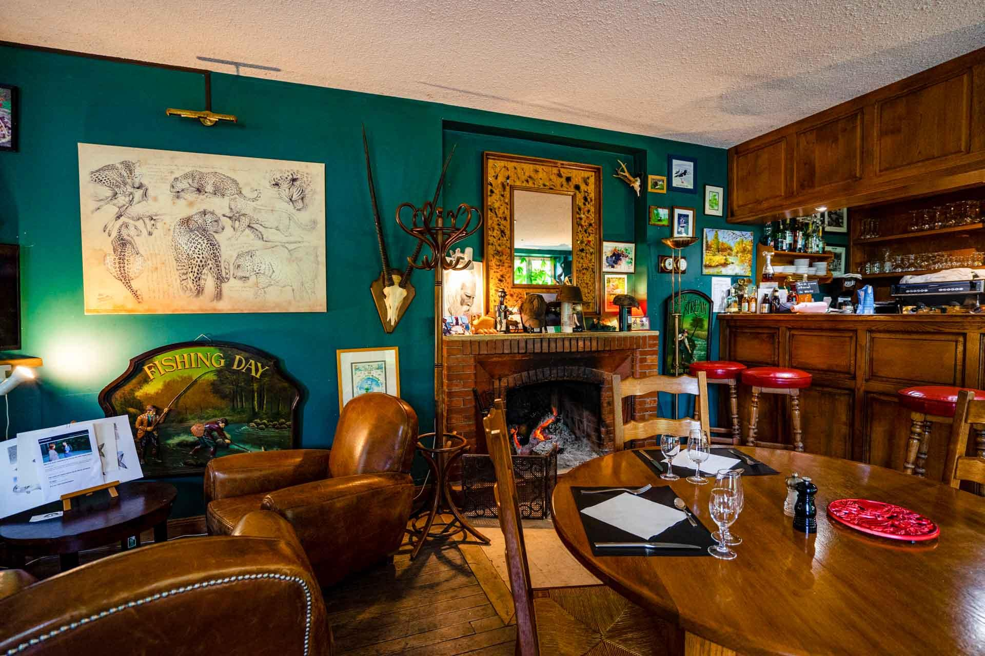 L'espace lounge et bar avec cheminée au domaine de Sommedieue © Artipair