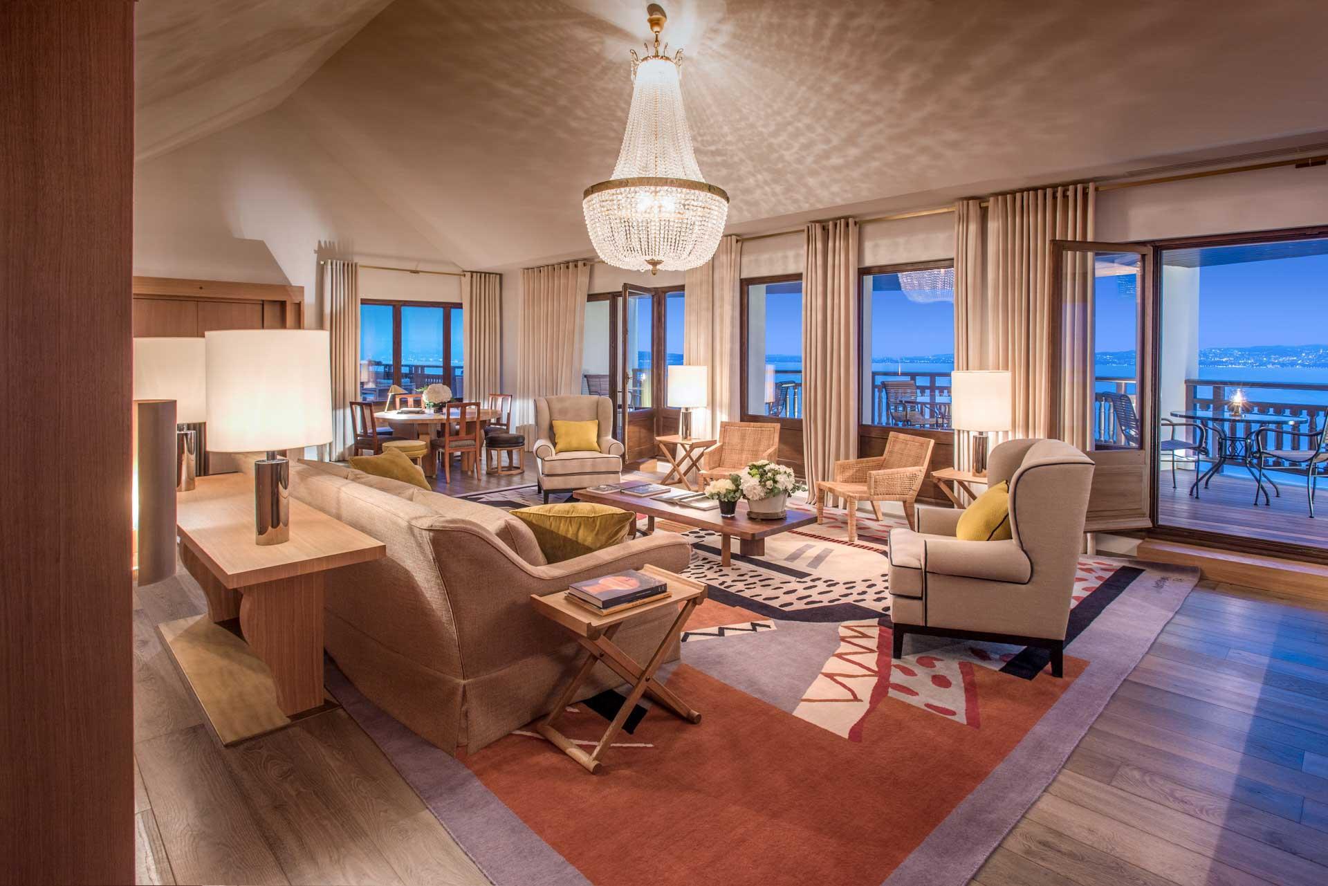 Le salon de la Suite Royale et sa vue imprenable sur le Lac Léman © DR