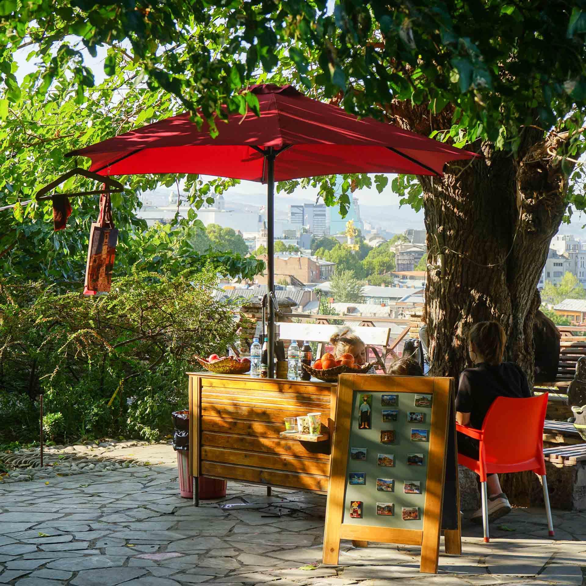 Stand de boissons ur les hauteurs de Tbilissi, non loin de l'église arménienne Kldisubani St. George © MB/YONDER.fr