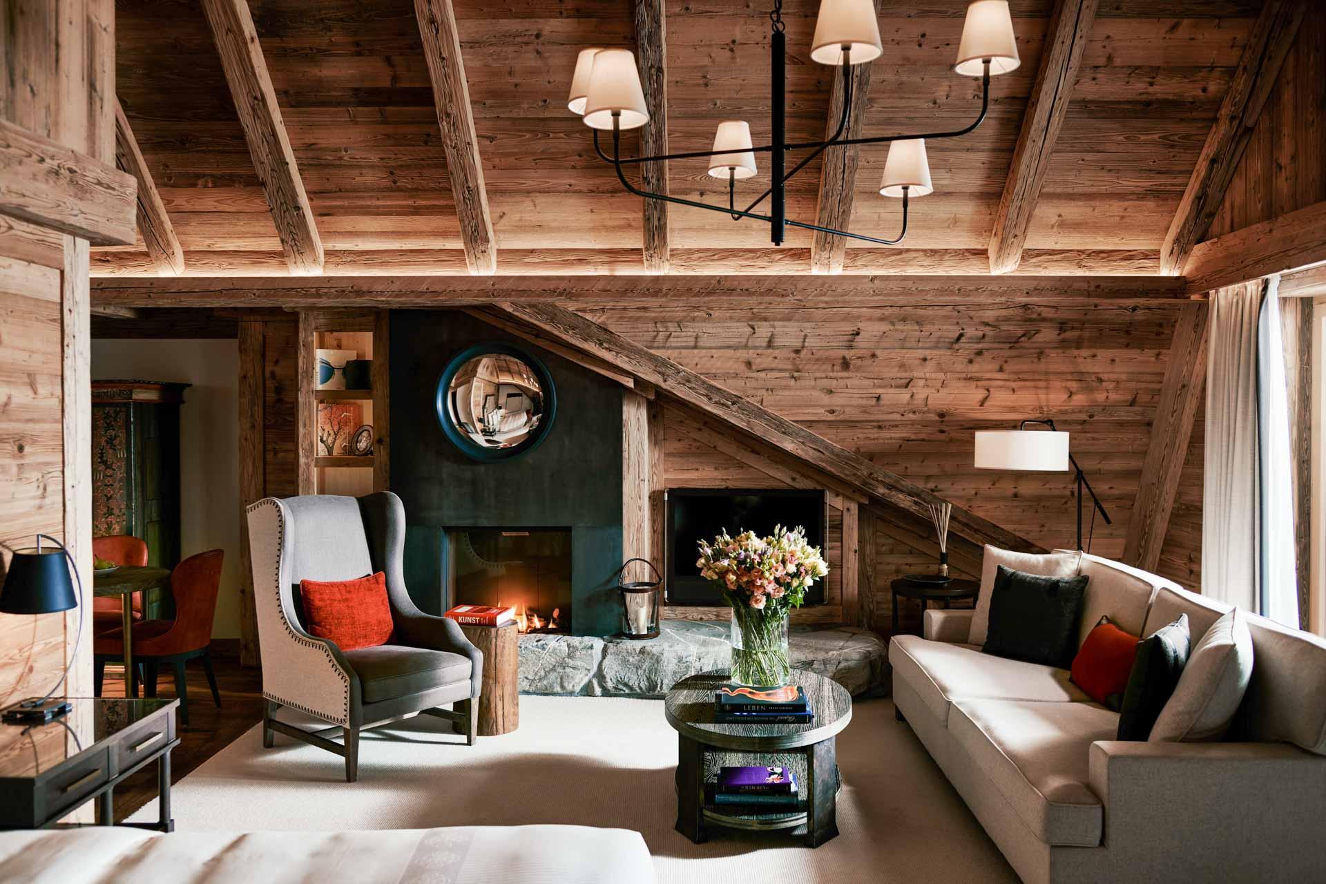 La Junior Suite 505 dans laquelle nous avons séjourné, au haut plafond sous les toits © The Alpina Gstaad