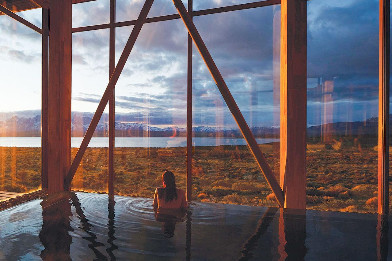 Vue sur la steppe depuis la piscine du Tierra Patagonia Hôtel & Spa © Tierra Hotels