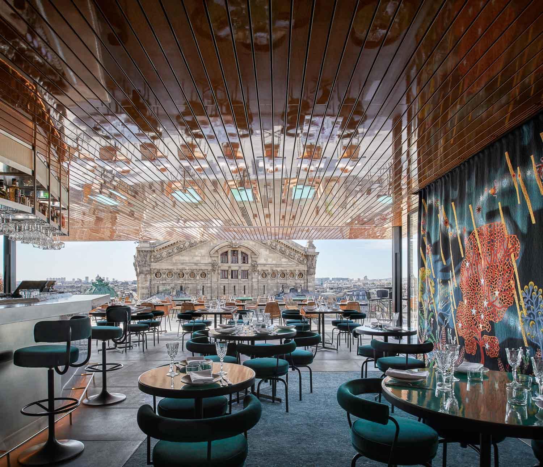 Tortuga | Le « pavillon » abritant l'espace intérieur du restaurant fait face au Palais Garnier © Ambroise Tézenas