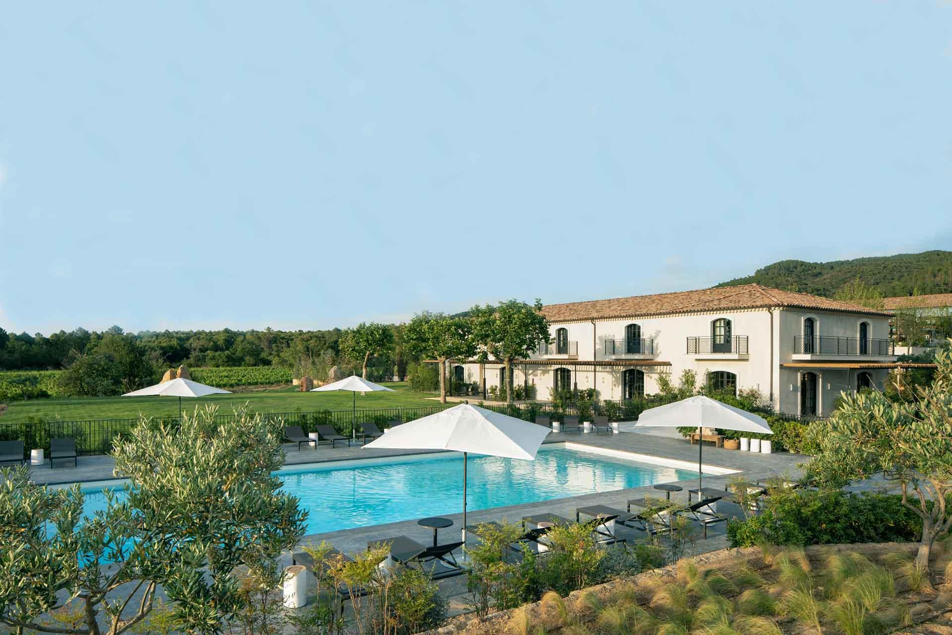 L'arrière de l'hôtel donne sur la piscine © DR