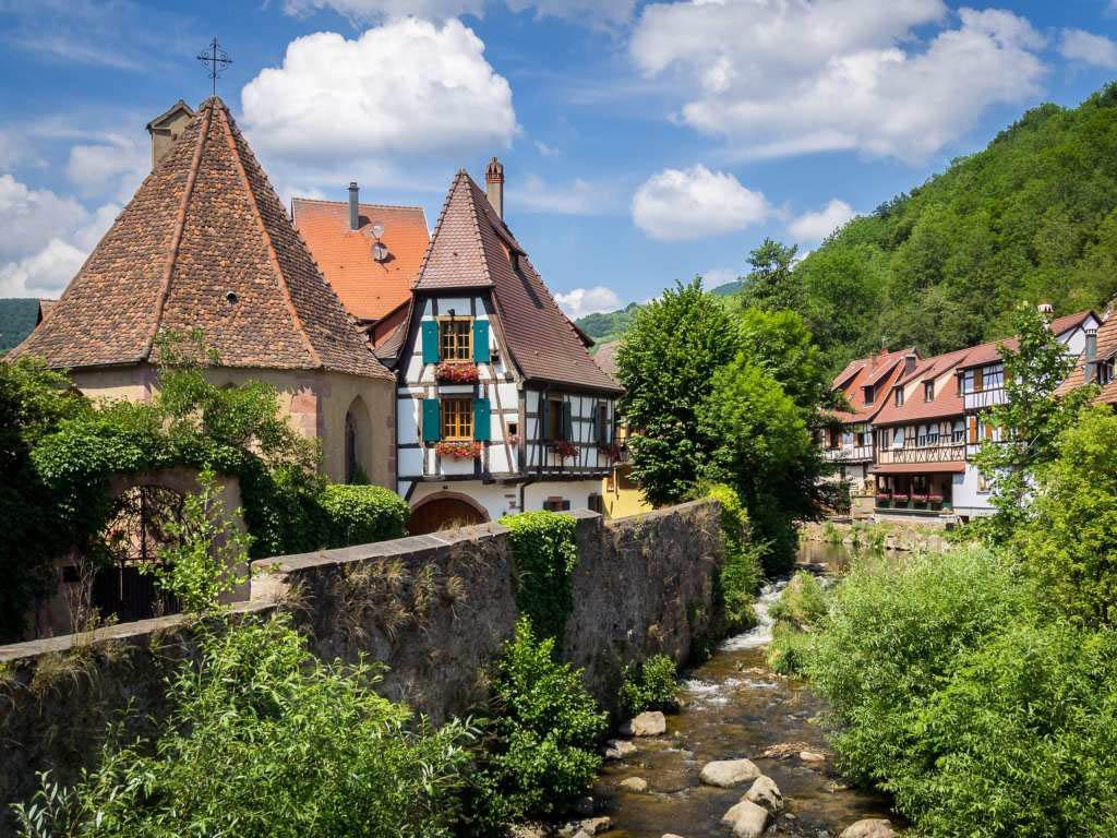 Le village de Kaysersberg traversé par un torrent © DR