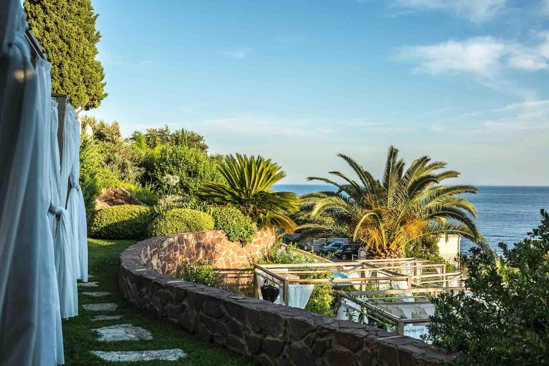 Les jardins en terrasse du Tiara Yaktsa descendent jusqu'à la piscine © Magali Ancenay Agency