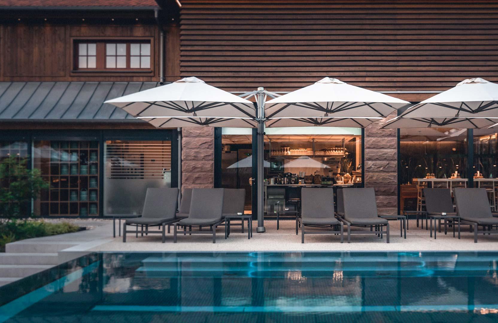 La terrasse extérieure du spa accueille une partie du Yuzu Bar ainsi qu'une piscine à débordement au milieu d'un jardin © Nis&For