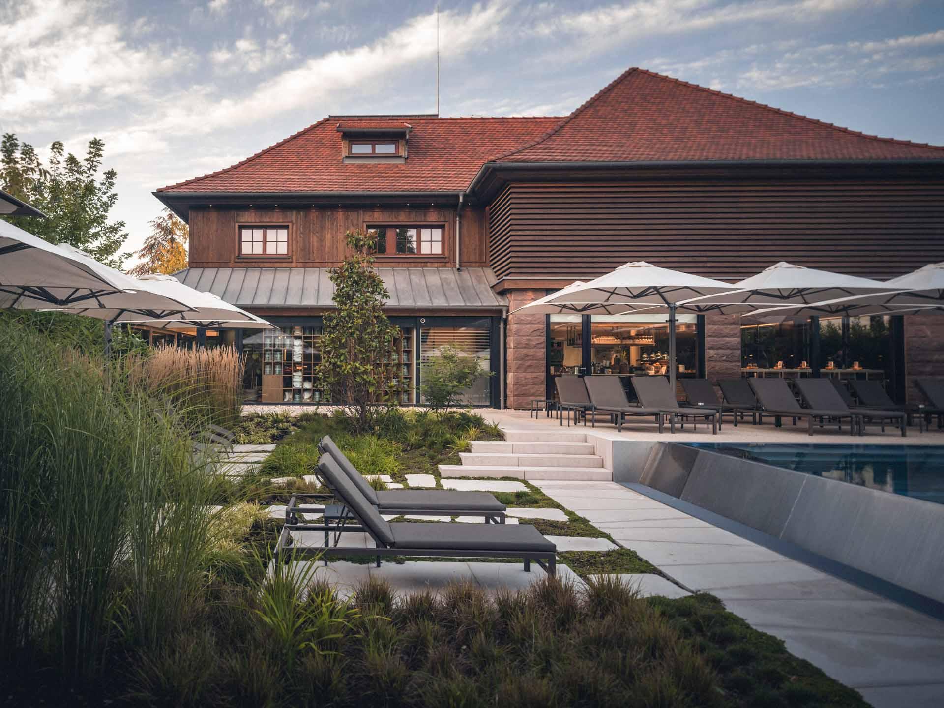 L'extérieur du parc hôtel, avec la piscine à débordement, le jardin et la Yonaguni spa © Nis&For