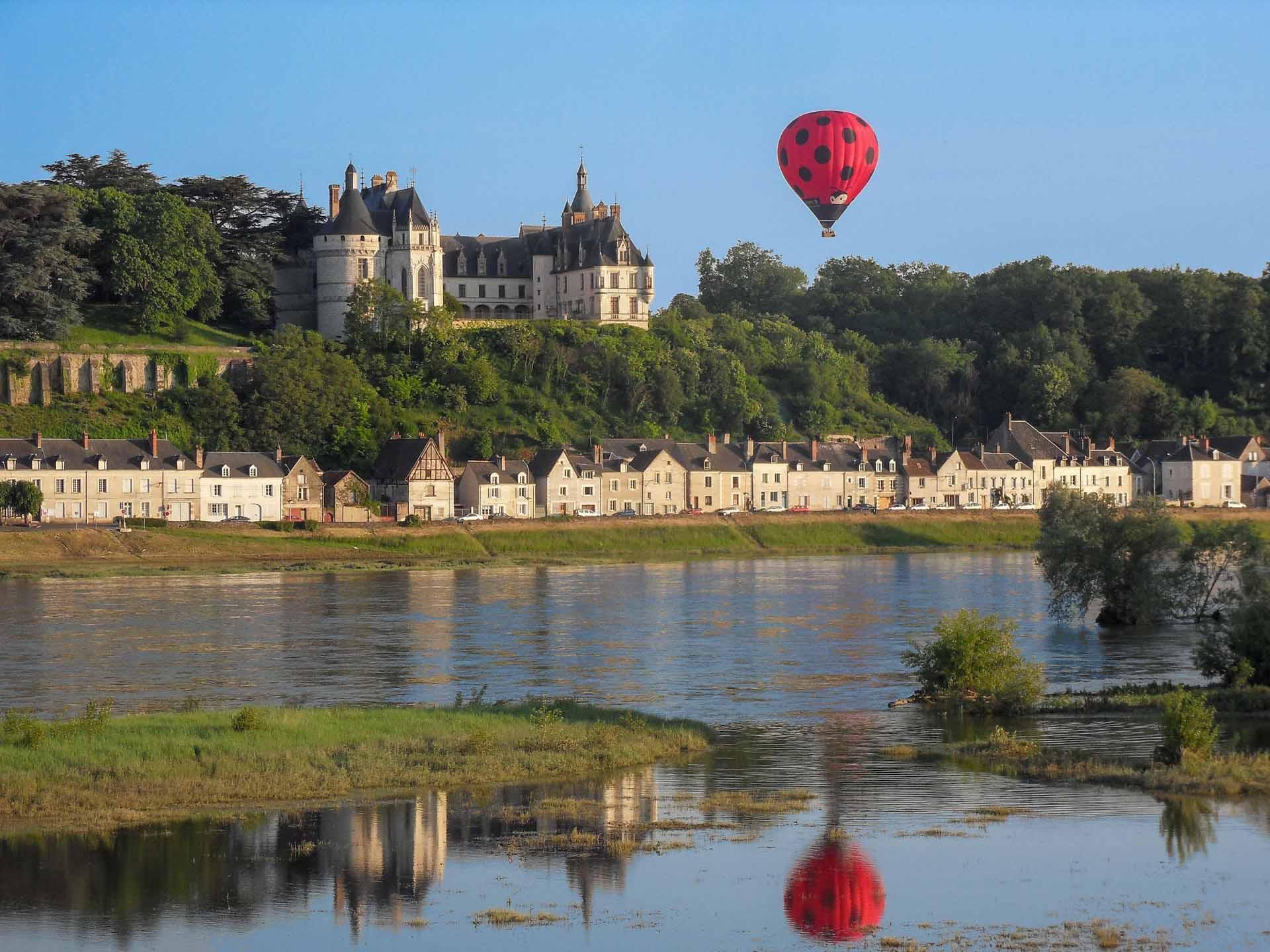 La montgolfière surfe sur la Loire © Aerocom Montgolfière