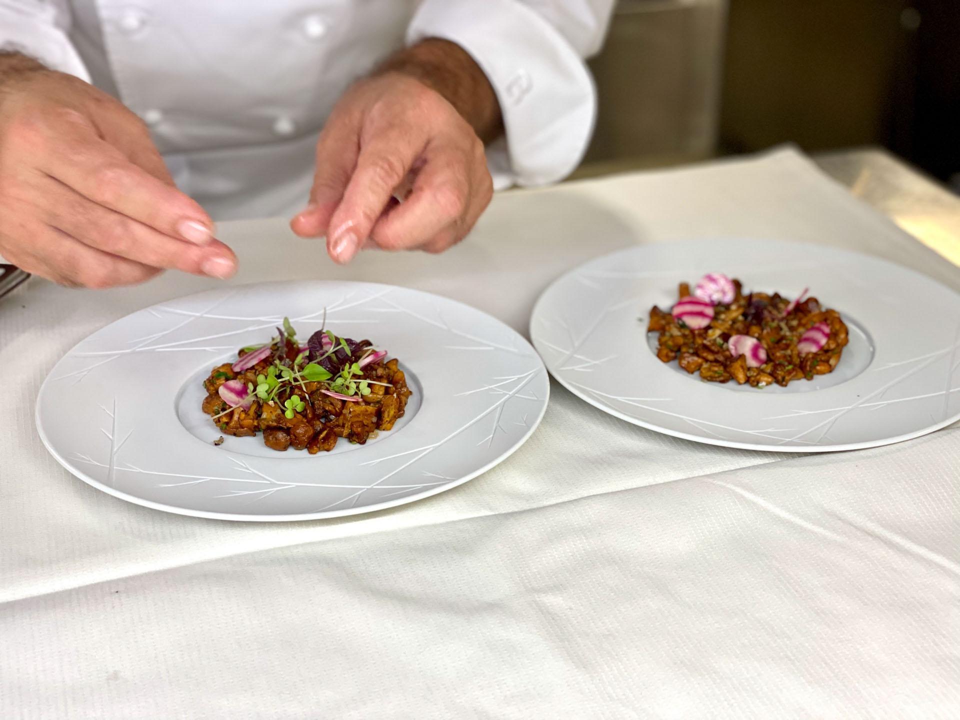 Dernières touches de dressage en cuisine © Coline de Silans