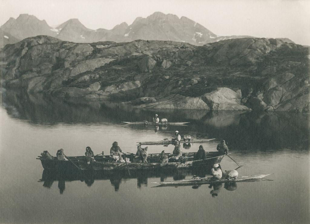 Kayaks Et Umiak Prs DAmmassalik En 1889 Photo Th N Krabbe