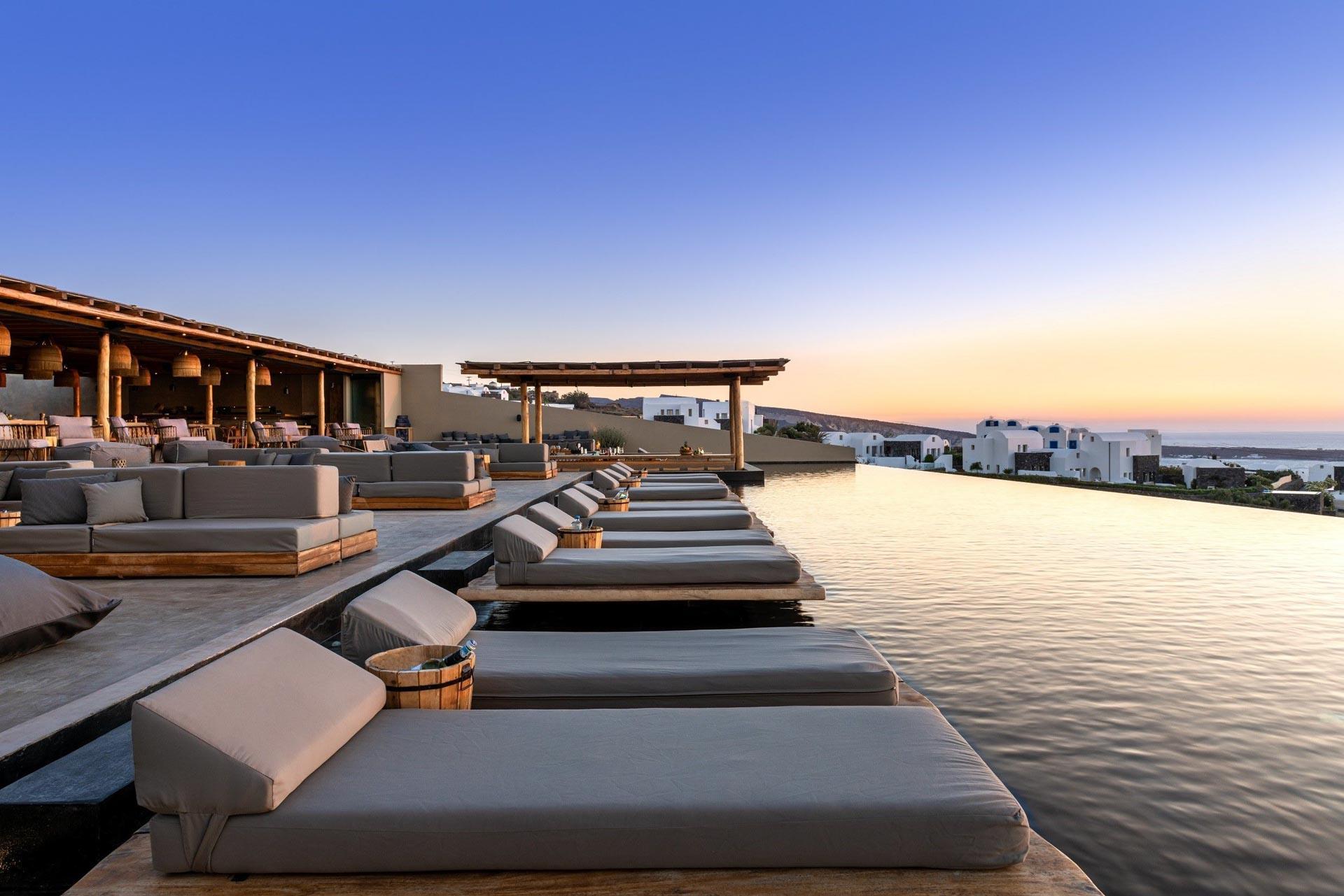 Un verre au coucher de soleil sur la terrasse du restaurant Pacman © Andronis Arcadia