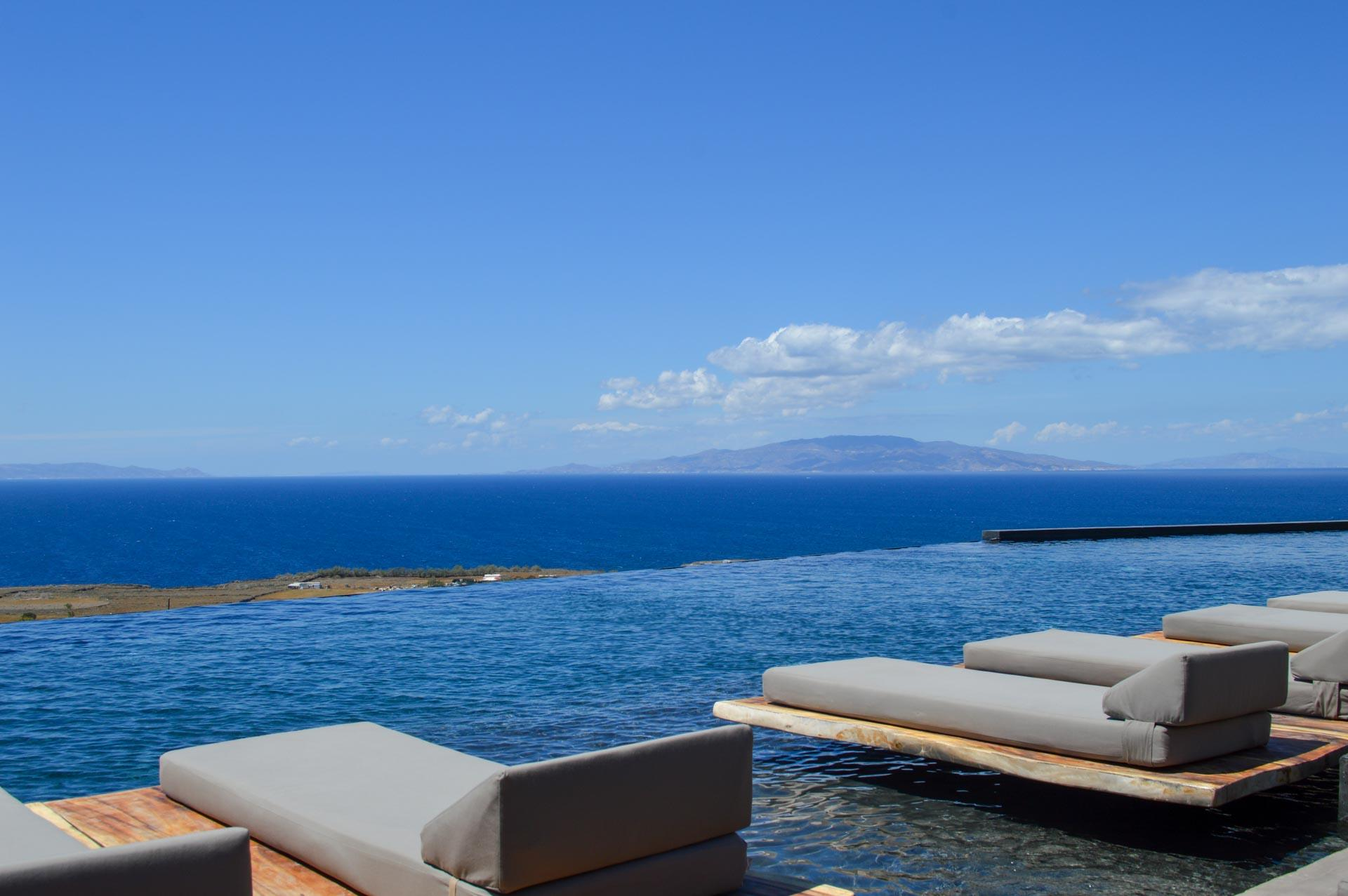 La piscine de l'Andronis Arcadia donne sur les autres îles des Cyclades © YONDER.fr.PG