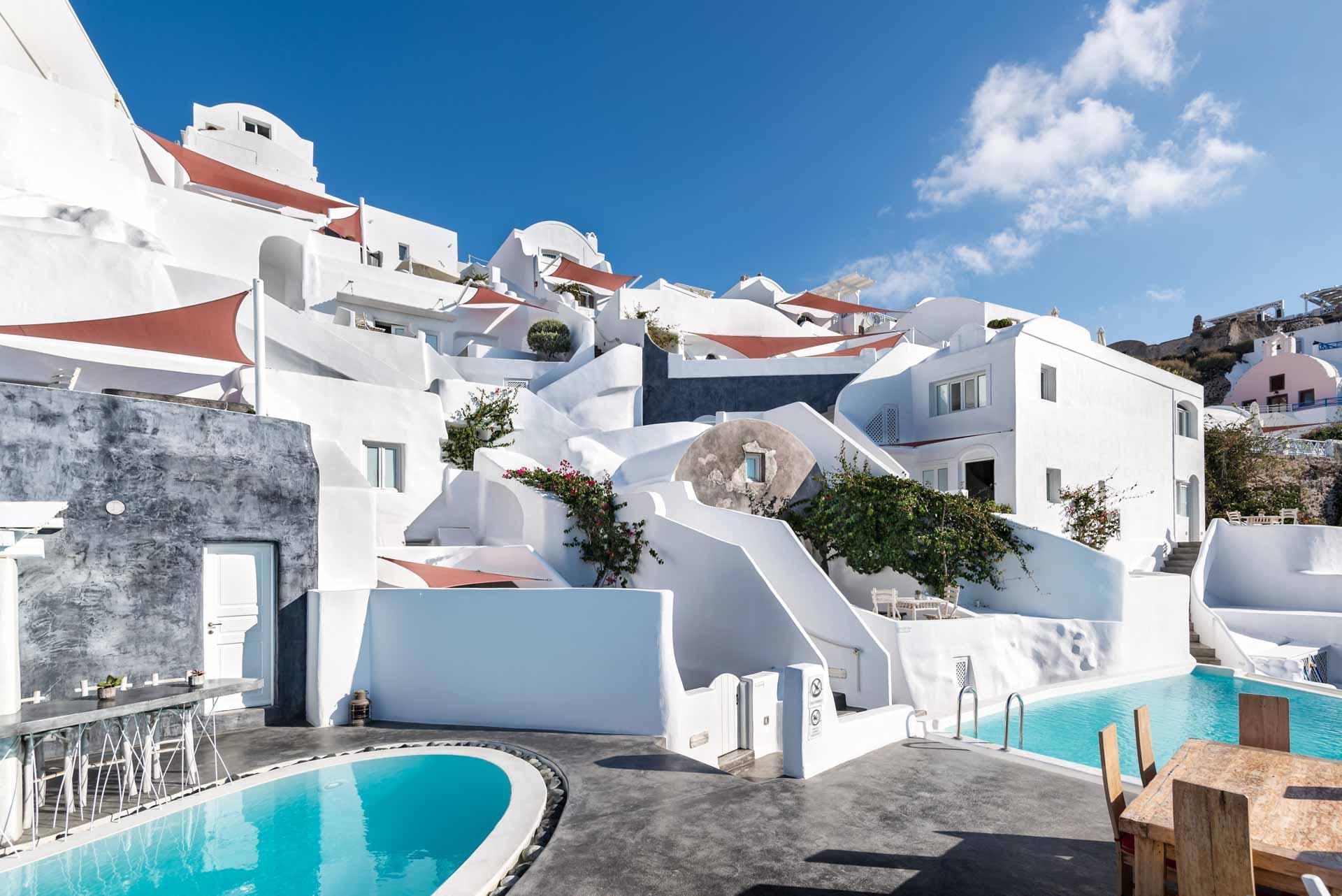 Terrasse avec les deux piscines de l'Andronis Boutique Hotel © Andronis