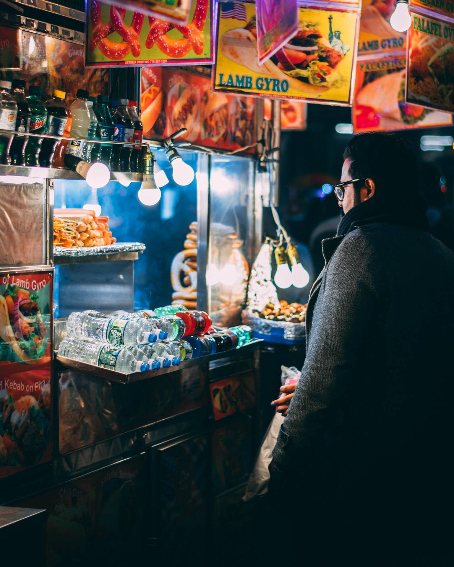 Une échoppe de rue dans la nuit new-yorkaise© Arthur Osipyan