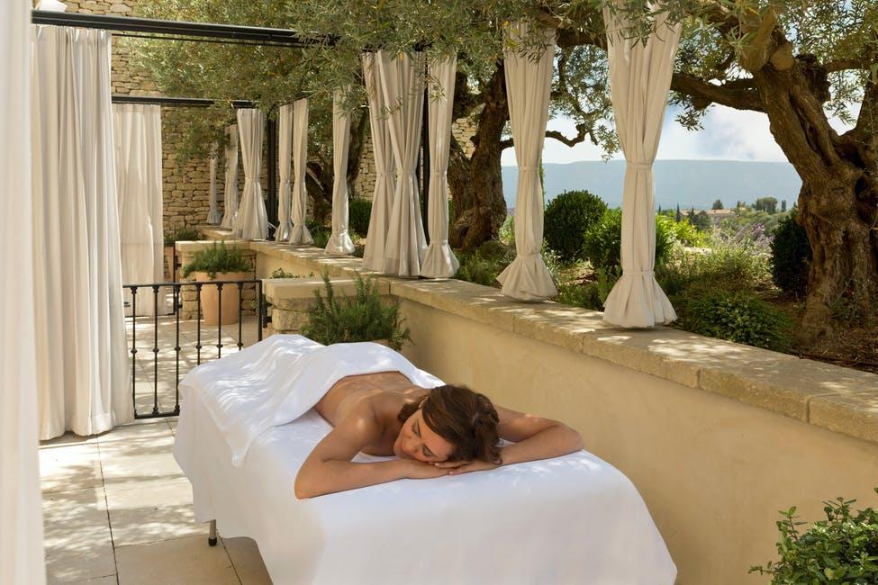 Chaque salle de soin possède sa terrasse privée, pour un massage en pleine nature © Airelles Collection